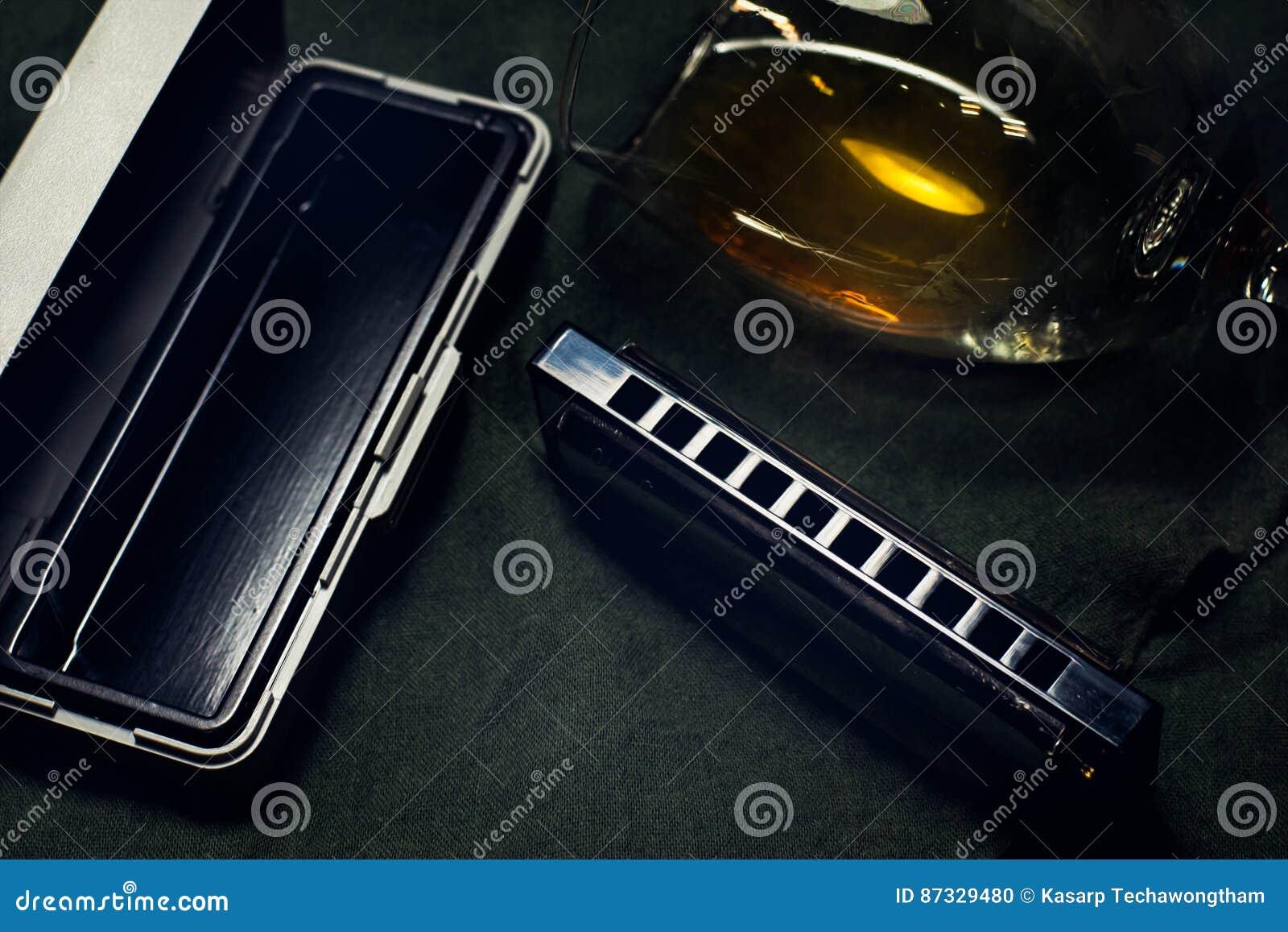 Harmonika s, Franse harpen of mondorgels blauwharp op donkere achtergrond