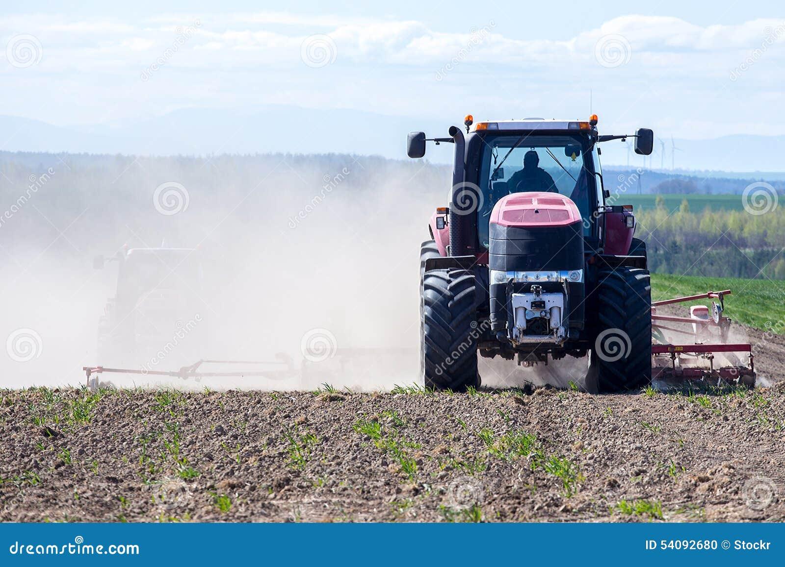 Harrowing tractor het gebied