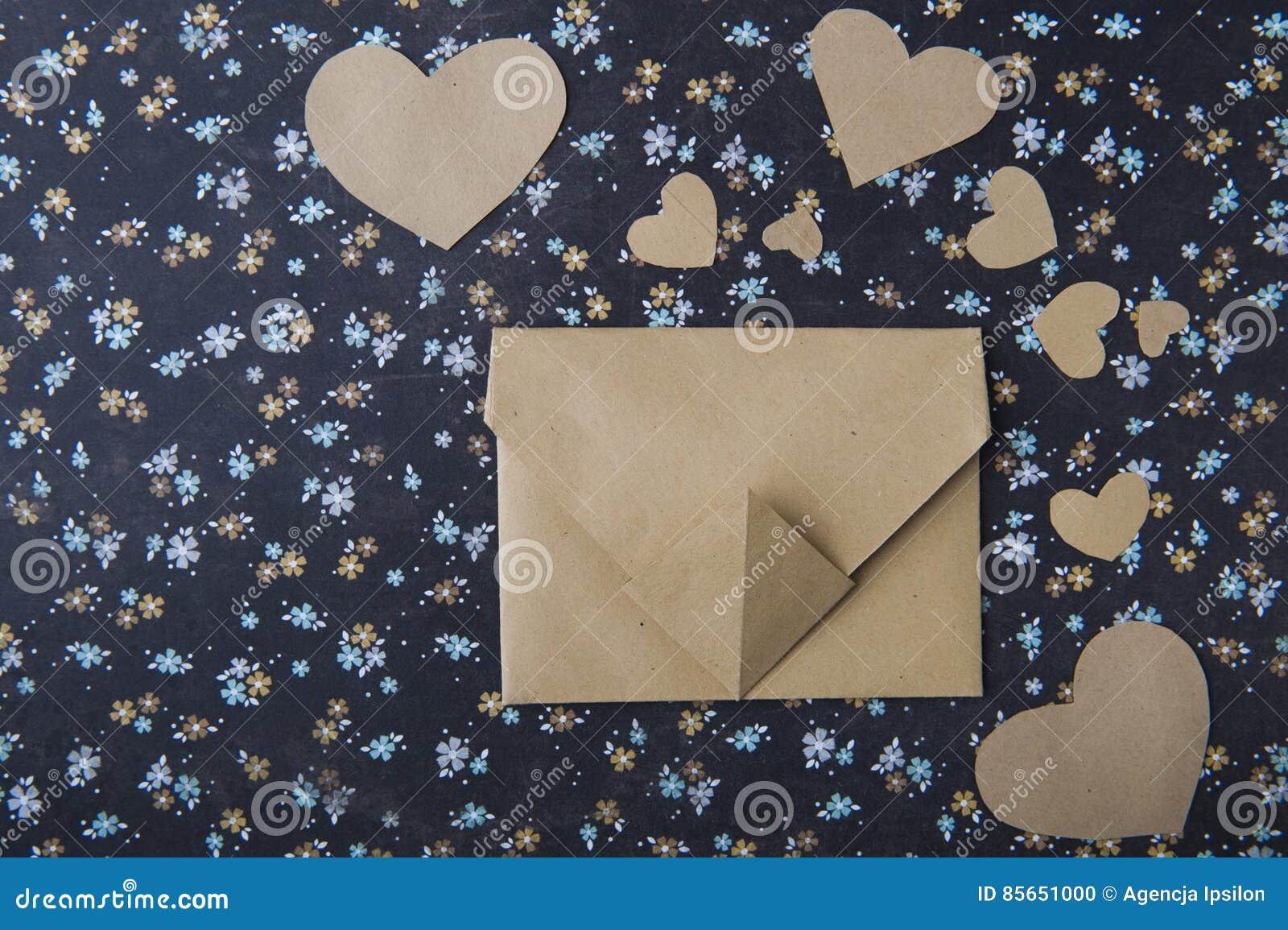 Hart blauwe bloemenachtergrond, envelop, liefdebrief, valentijnskaart` s bekentenis