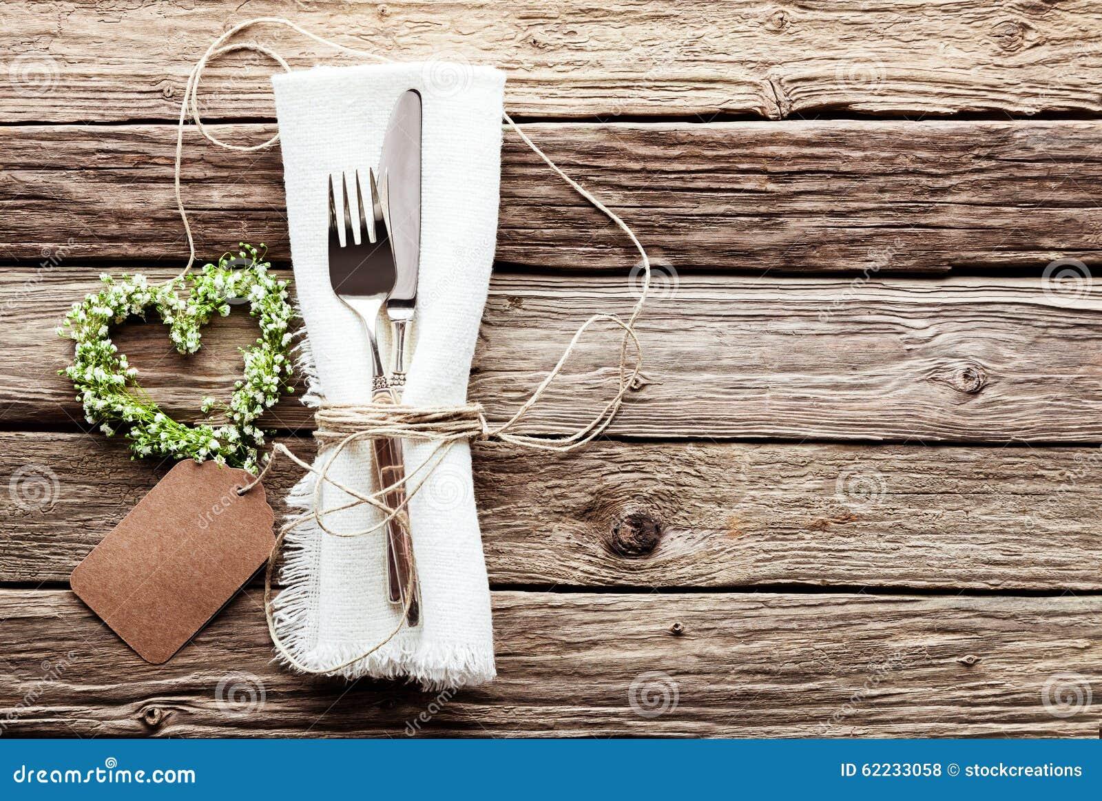Hart gevormde huwelijkskroon bij het rustieke lijst plaatsen stock foto afbeelding 62233058 - Hoek maaltijd ...