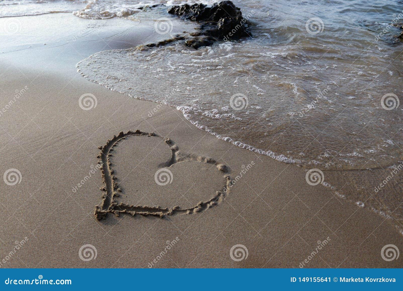 Hart in het zand op het strand