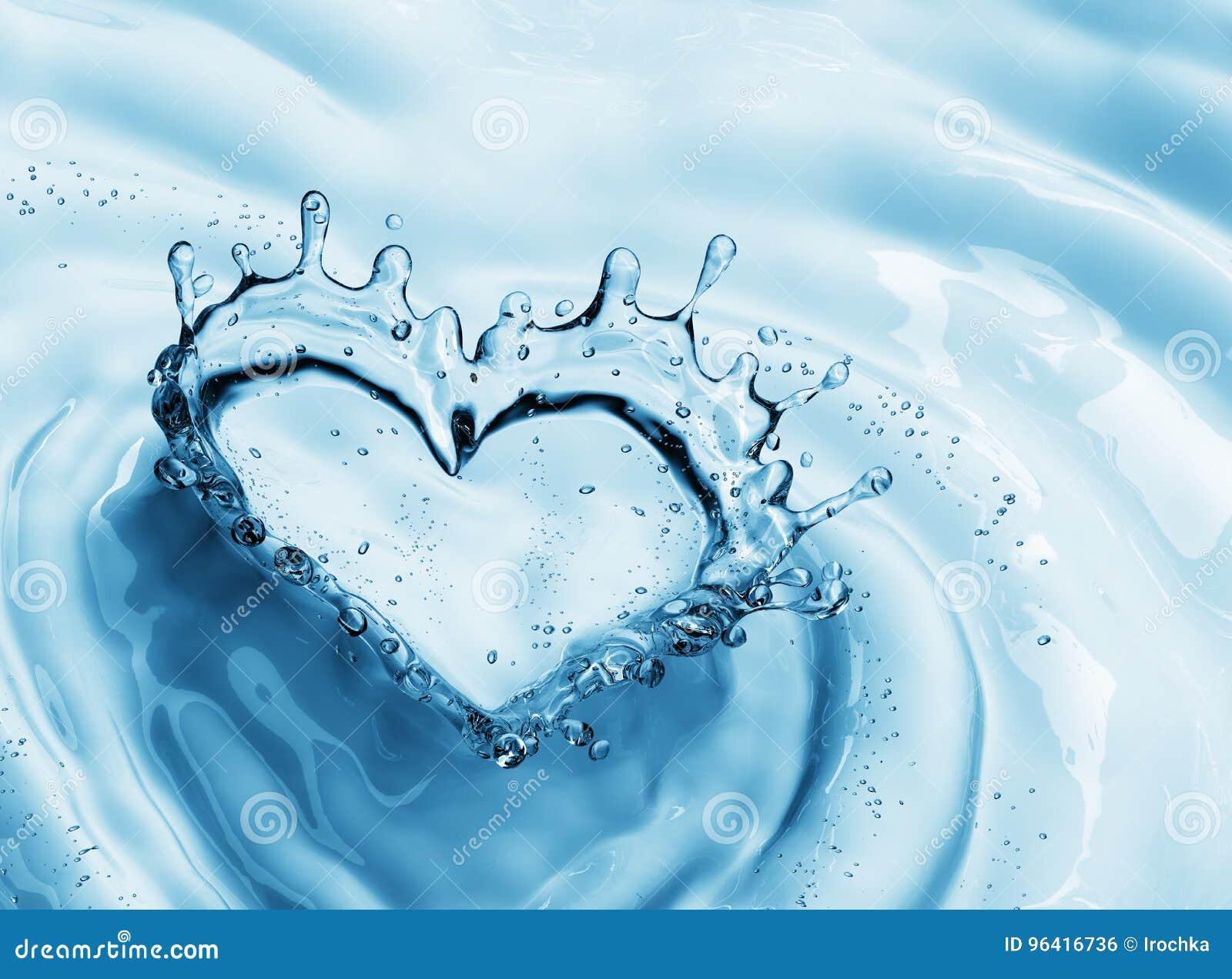 Hart van waterplons met bellen op blauwe waterachtergrond