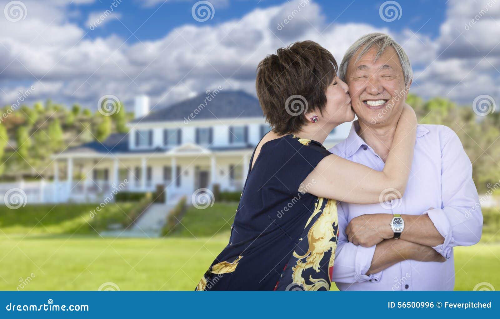 Hartelijk Hoger Chinees Paar voor Mooi Huis