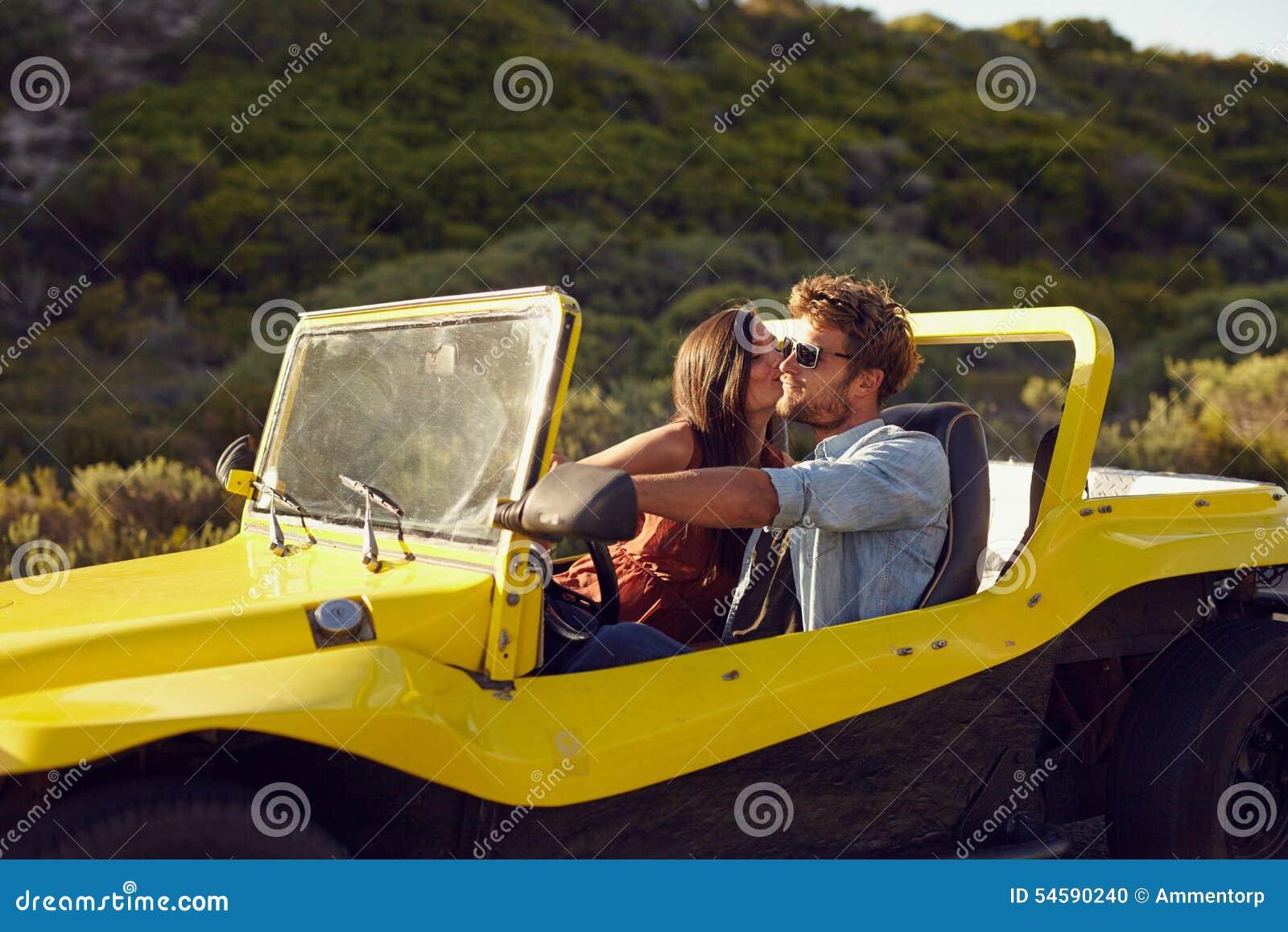 Hartelijk jong paar op een roadtrip