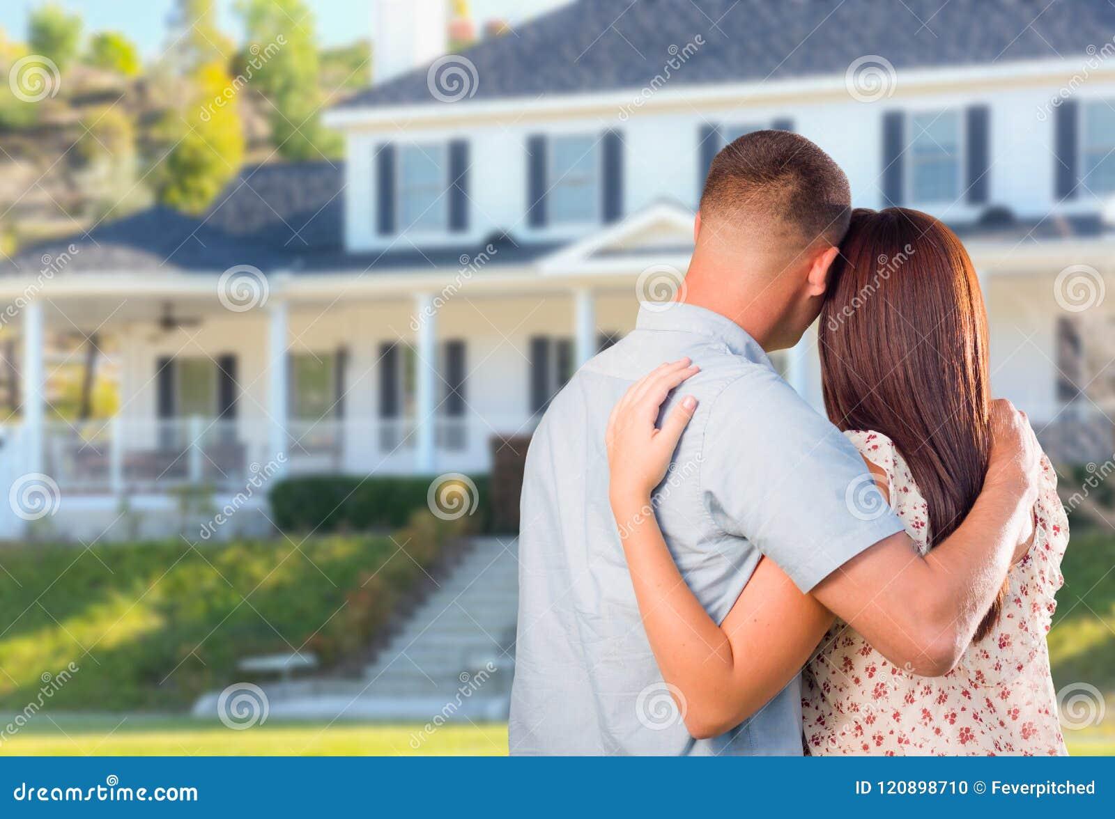 Hartelijk Militair Paar die Mooi Nieuw Huis bekijken