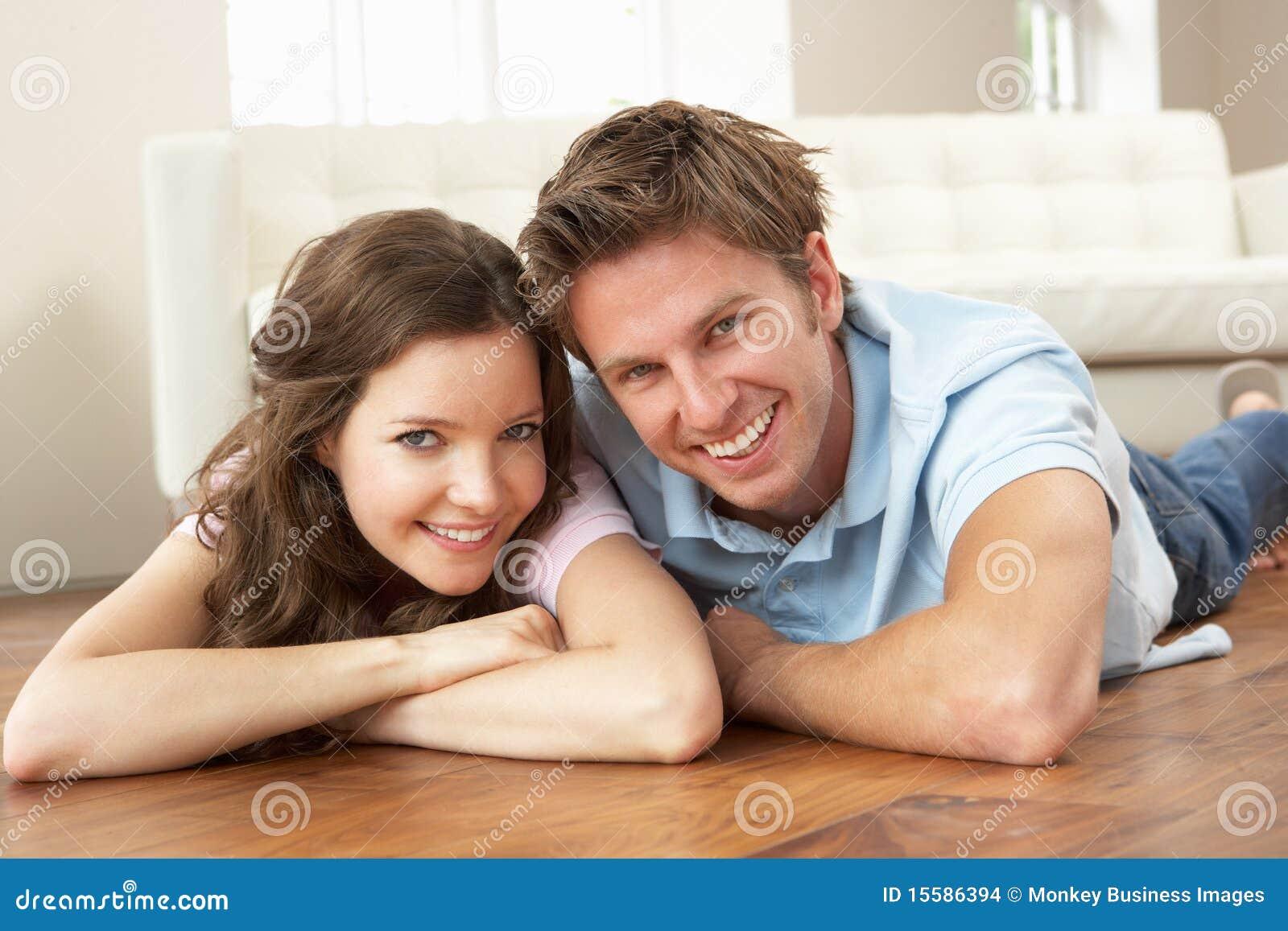 Hartelijk Paar dat thuis samen ontspant