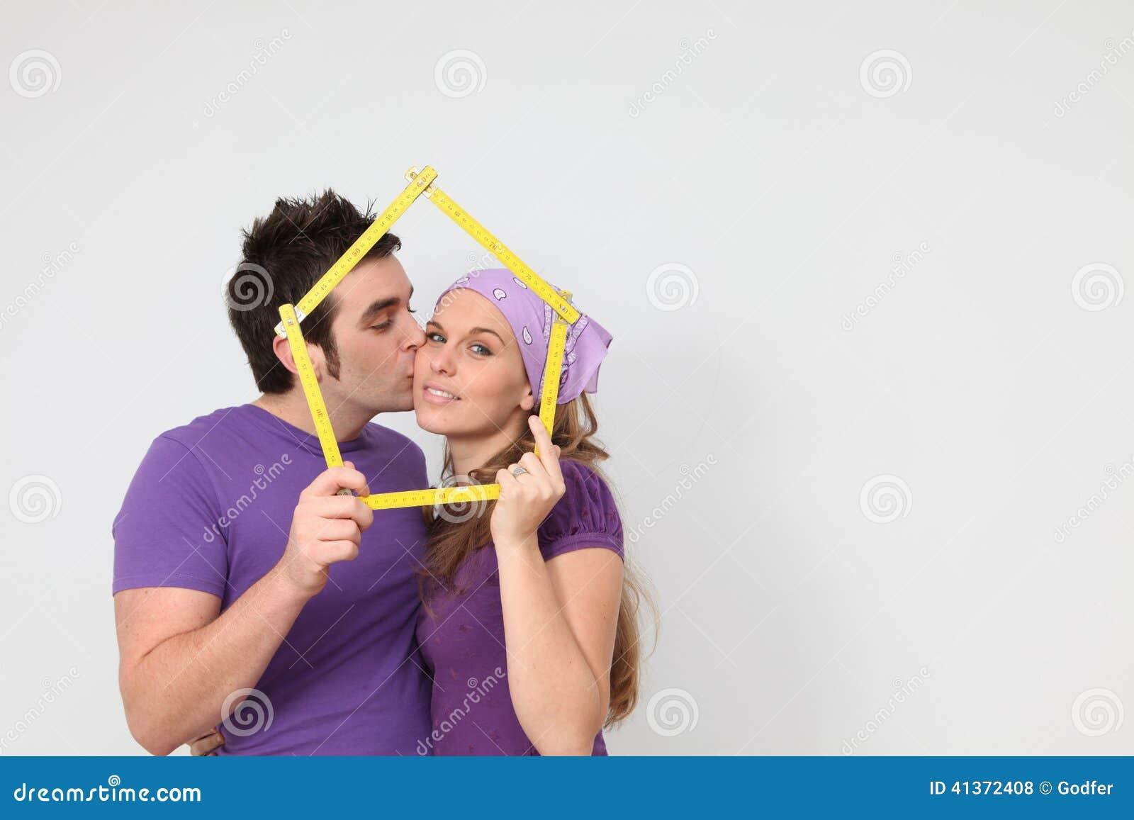 Hartelijk paar die hypotheeklening voor nieuw huisconcept krijgen