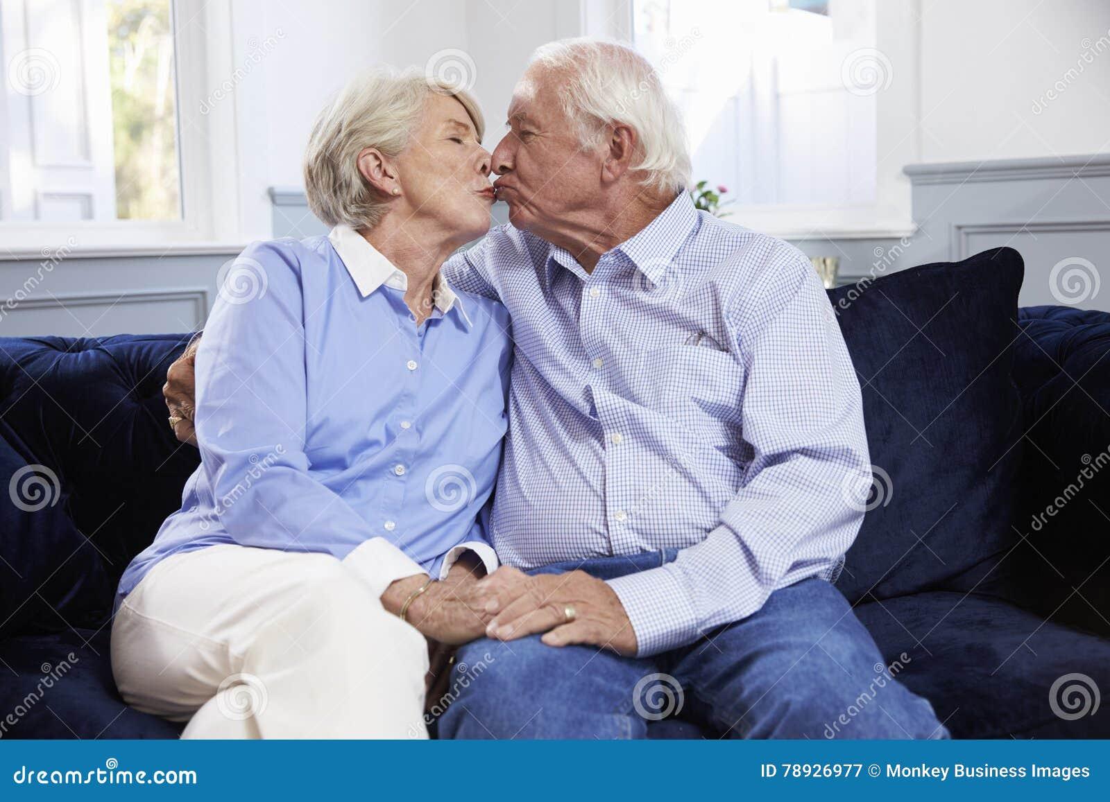 Hartelijke Hogere Paarzitting op Sofa At Home