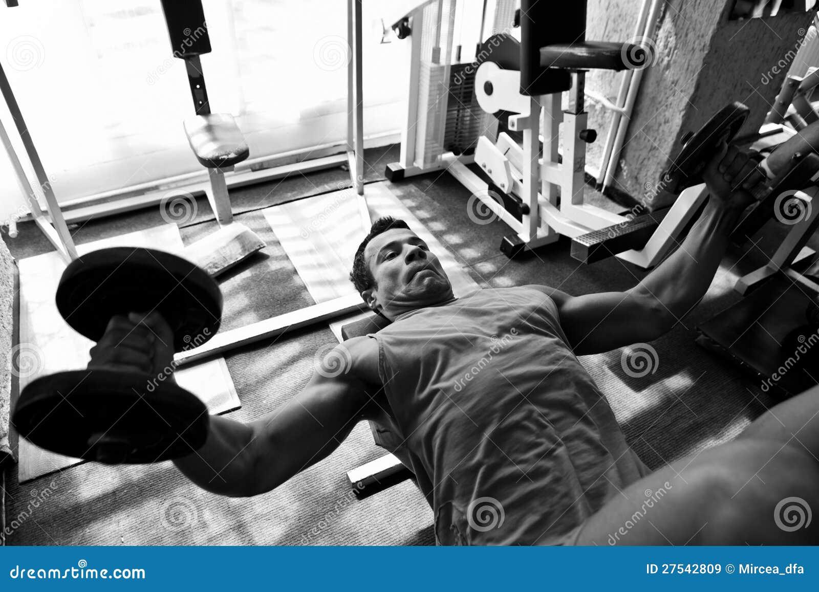 Hartes Training des Bodybuilders in der Gymnastik