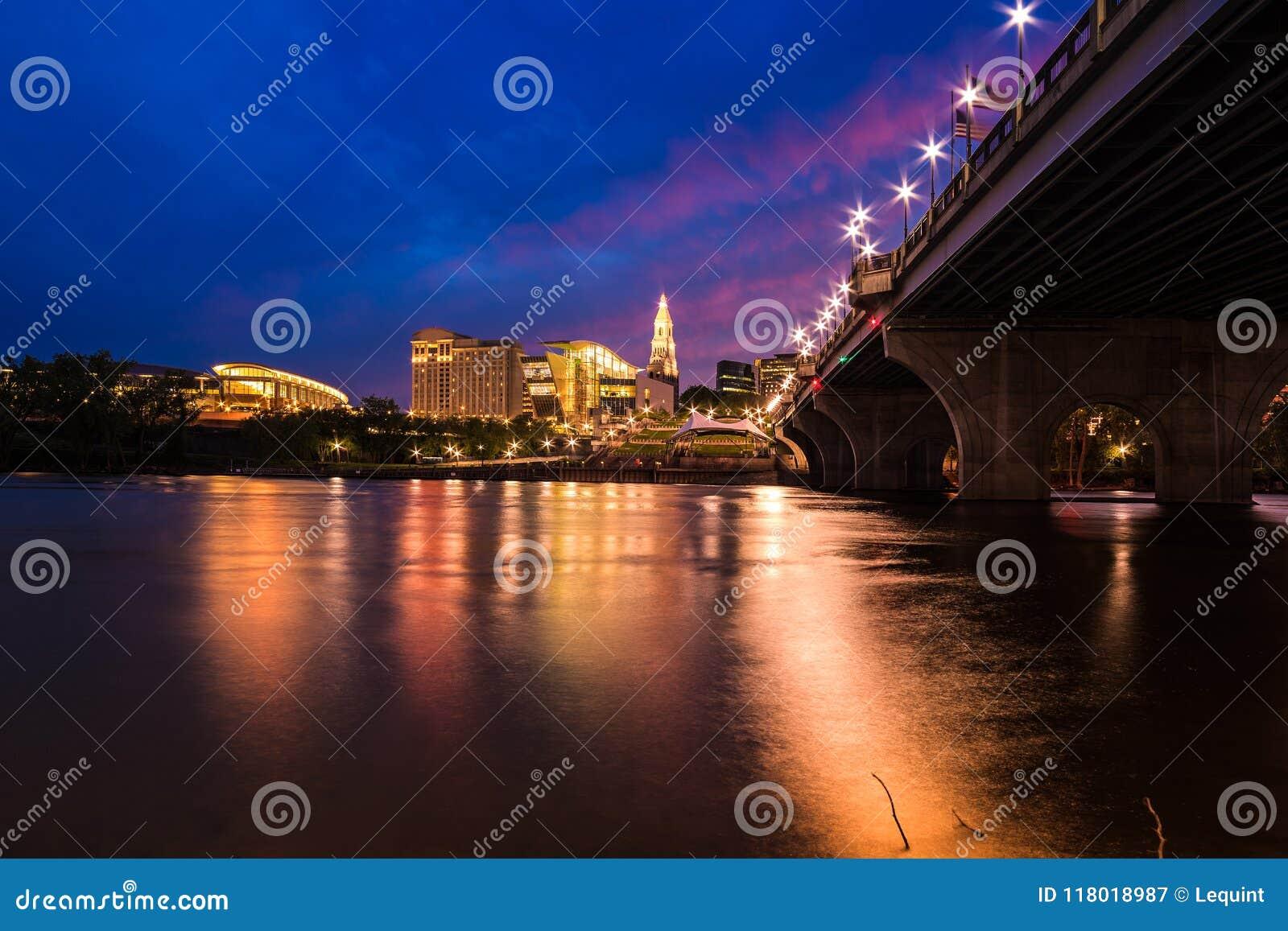 Hartford Connecticut en el paisaje urbano y la puesta del sol hermosos de la oscuridad