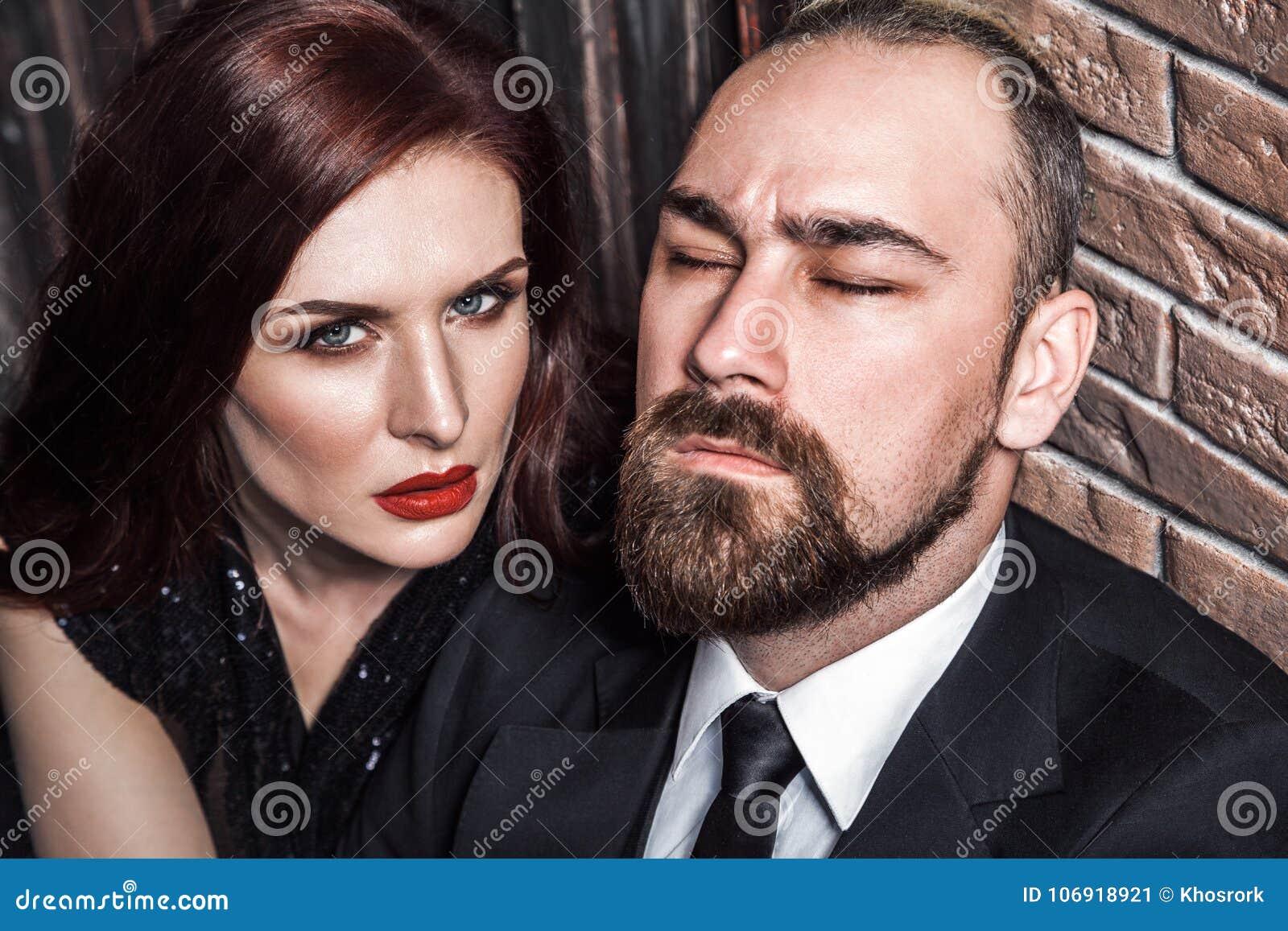 Hartstochtsconcept, close-up Gebaarde mens gesloten ogen, roodharigesensu