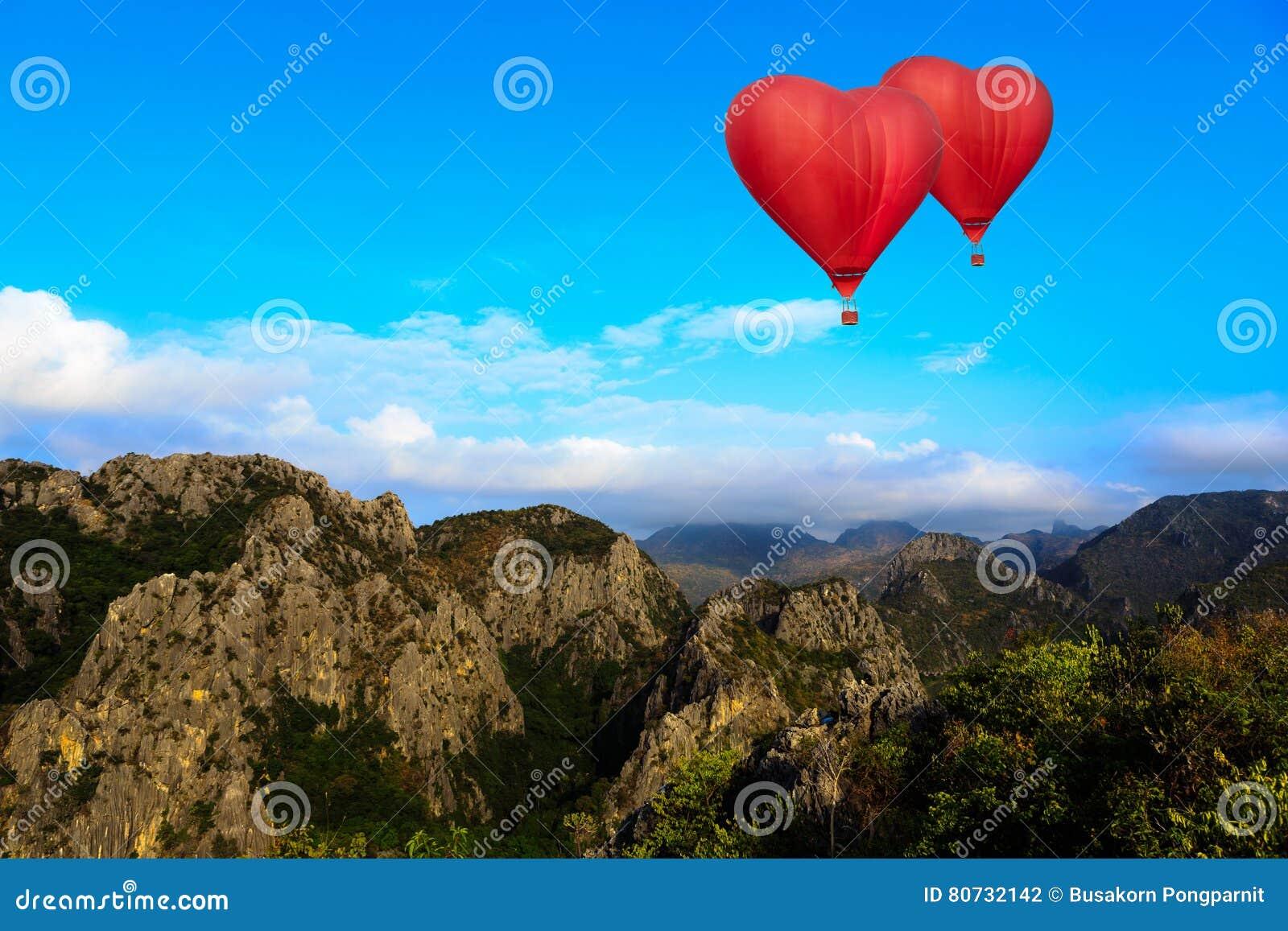 Hartvorm ballooning die over berg vliegen