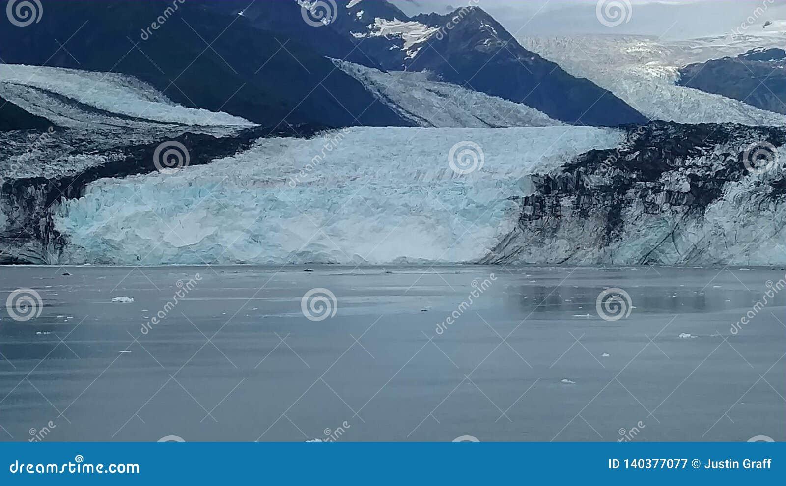 Harvard lodowa szkoły wyższej Fjord Alaska Harvard ręka z śniegi Zakrywającymi Halnymi szczytami i spokojny ocean spokojny z góra