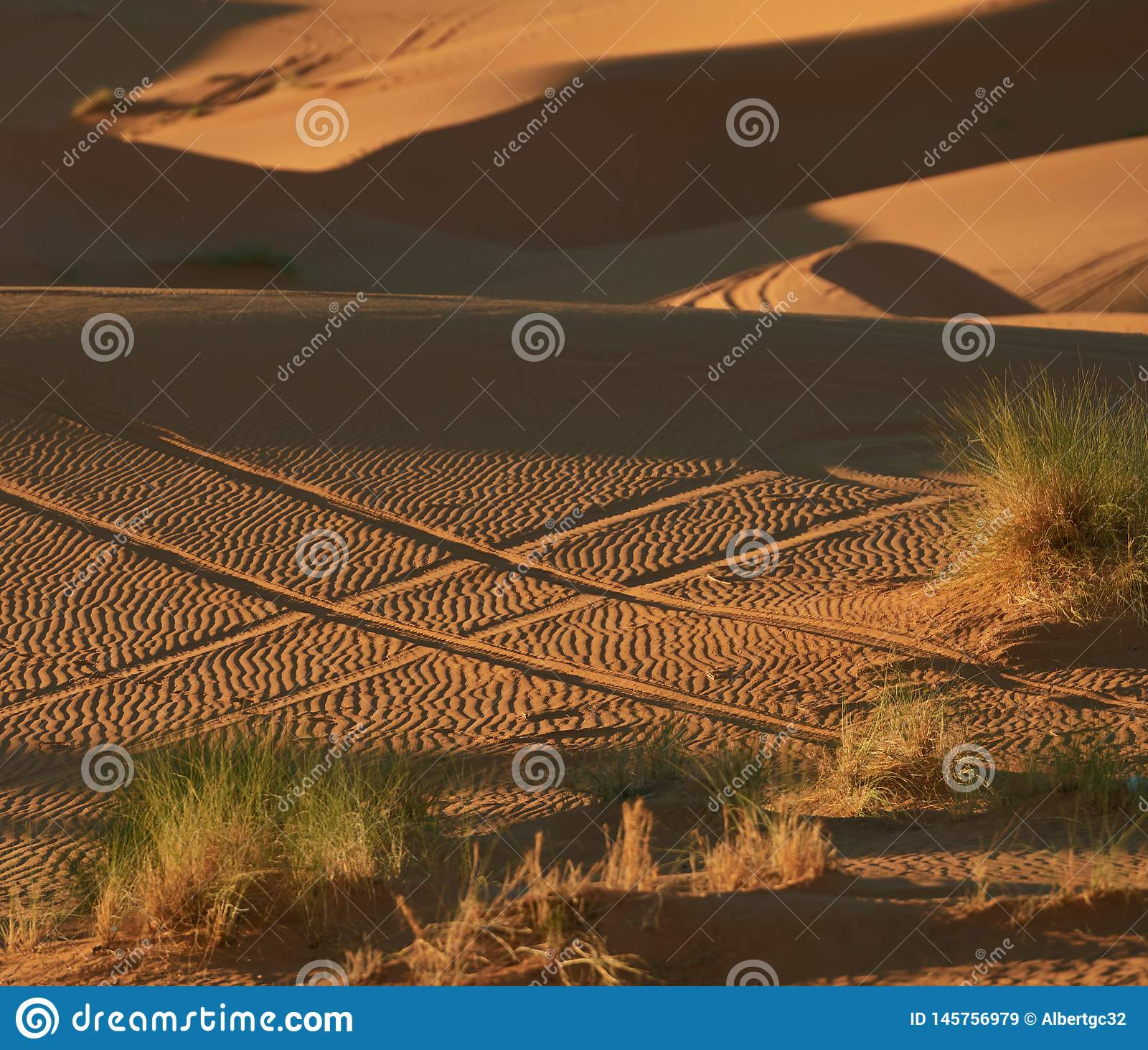 Hashtag na areia feita com rodas de carro