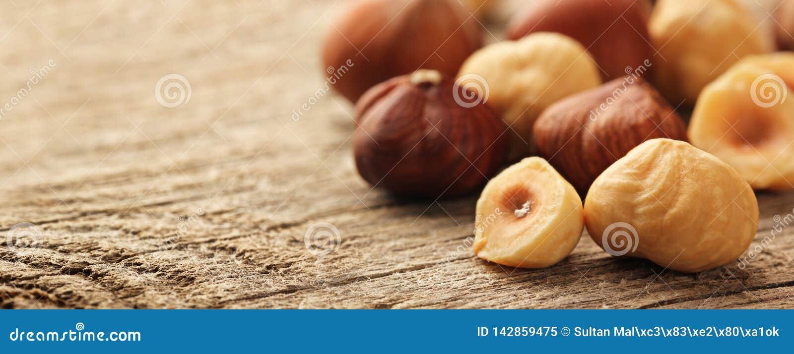 Hasselnötter table trä