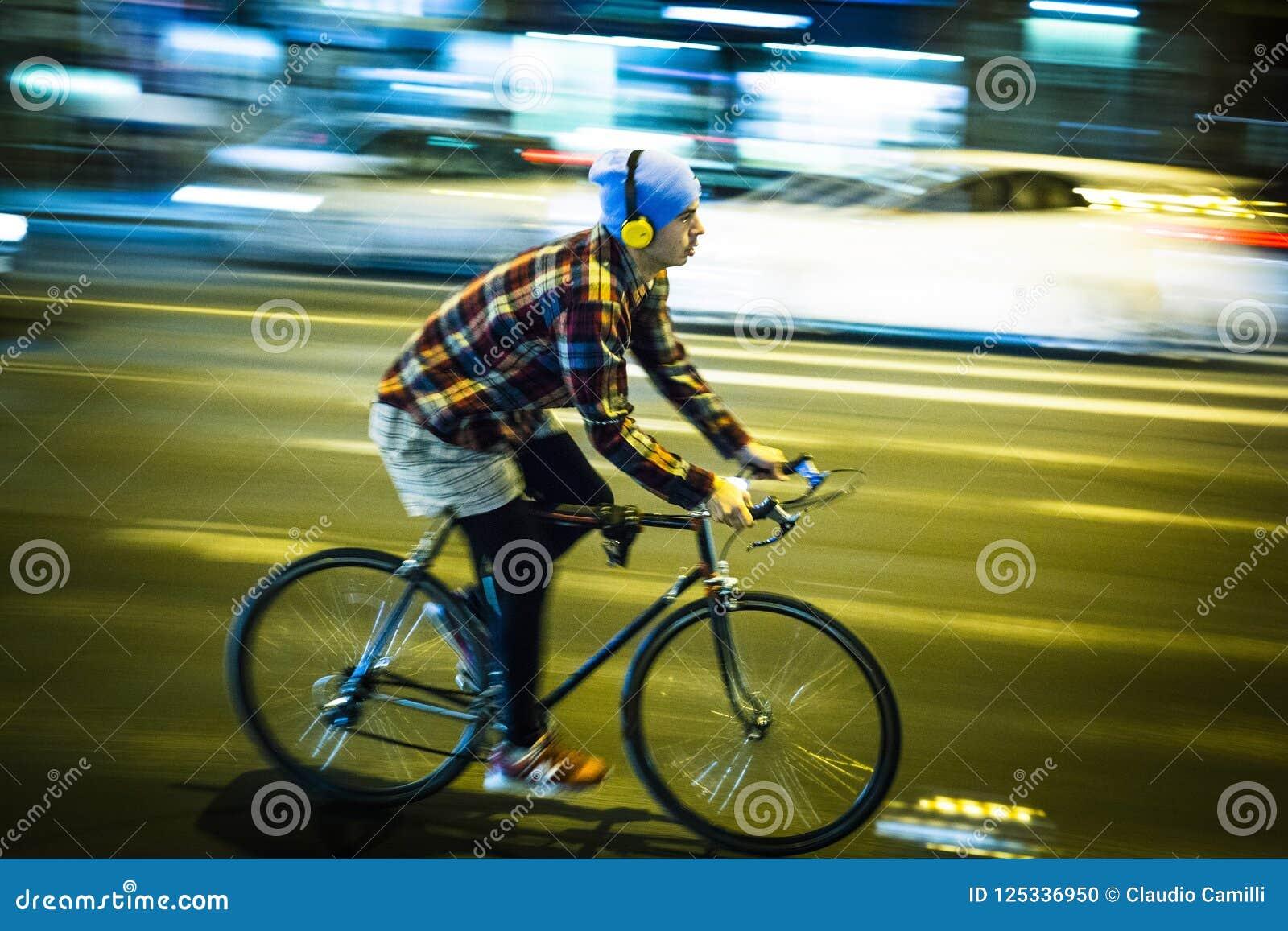 Hastighetsstadscyklist i budapest
