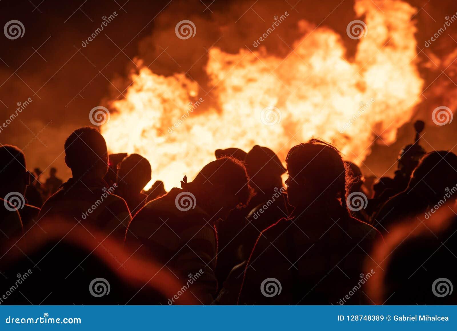 Hastings, 10/13/18 - Feuernacht, Menge von Leuten vor