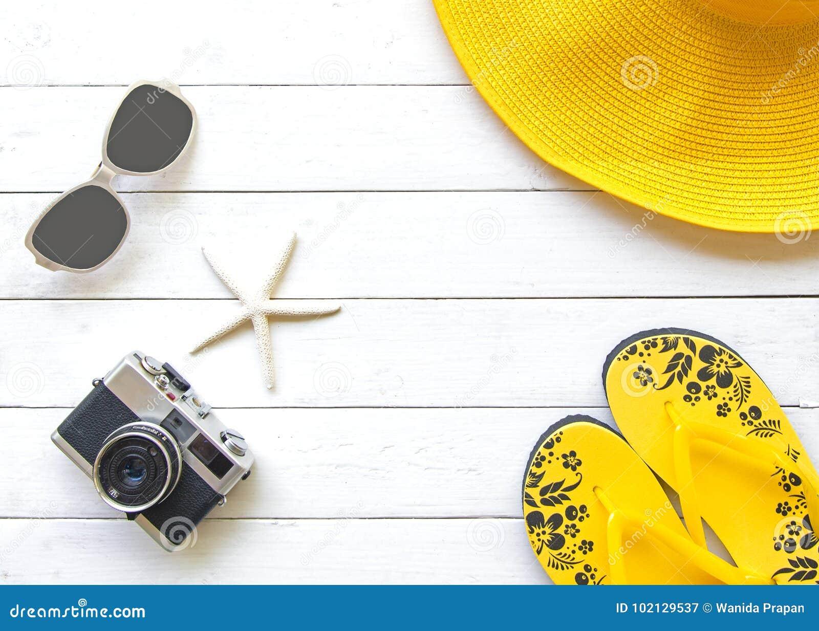 Hatt och tillbehör för guling för sommarmodekvinna stor i stranden tropiskt hav Ovanlig bästa sikt, wood vit bakgrund