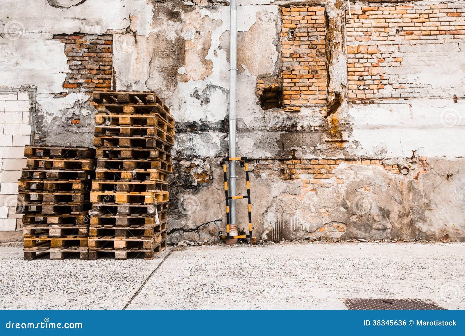 haufen von paletten der ziegelstein vor einer wand stockfoto - bild