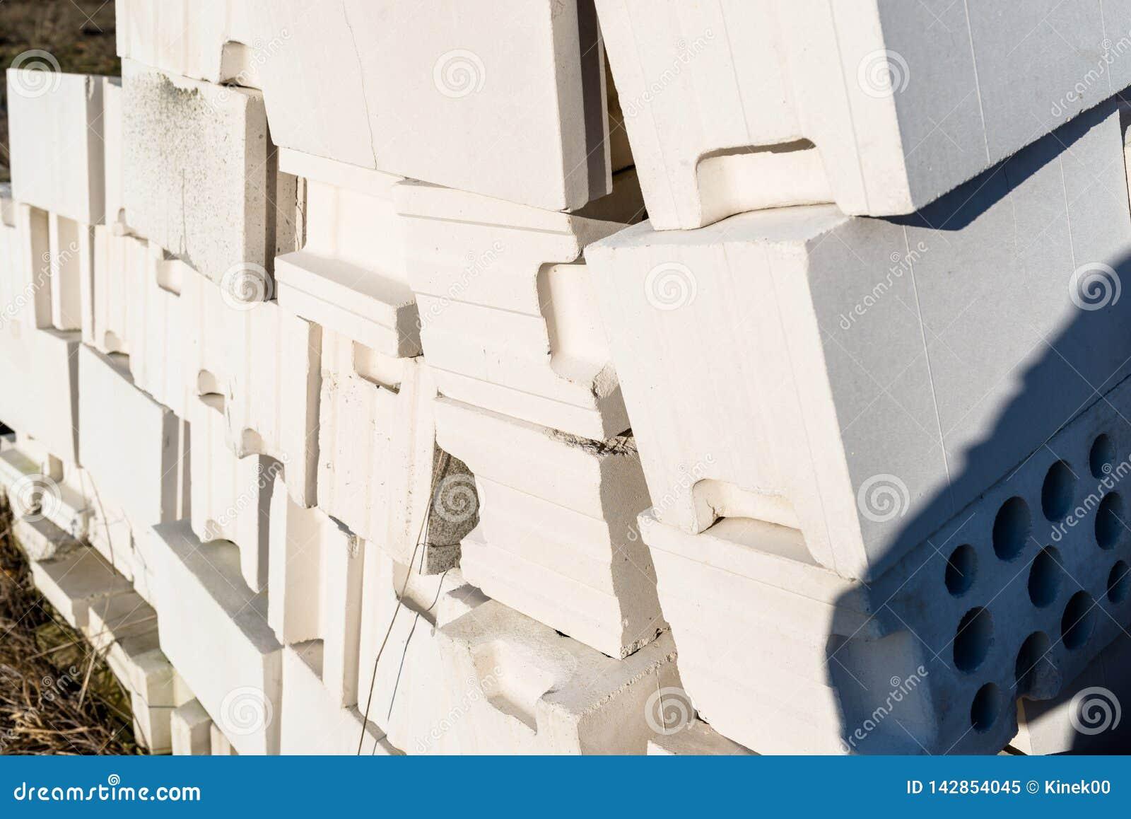 Haufen von Ziegelsteinen vom zellulären Beton, weiße Ziegelsteine, hohle Ziegelsteine mit hohlen Löchern nach innen