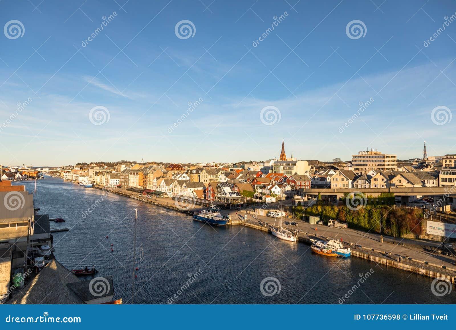 Haugesund Norwegia, Styczeń, - 9, 2018: Miasto Haugesund, na zachodnim wybrzeżu Norwegia, z łodziami i promem przy