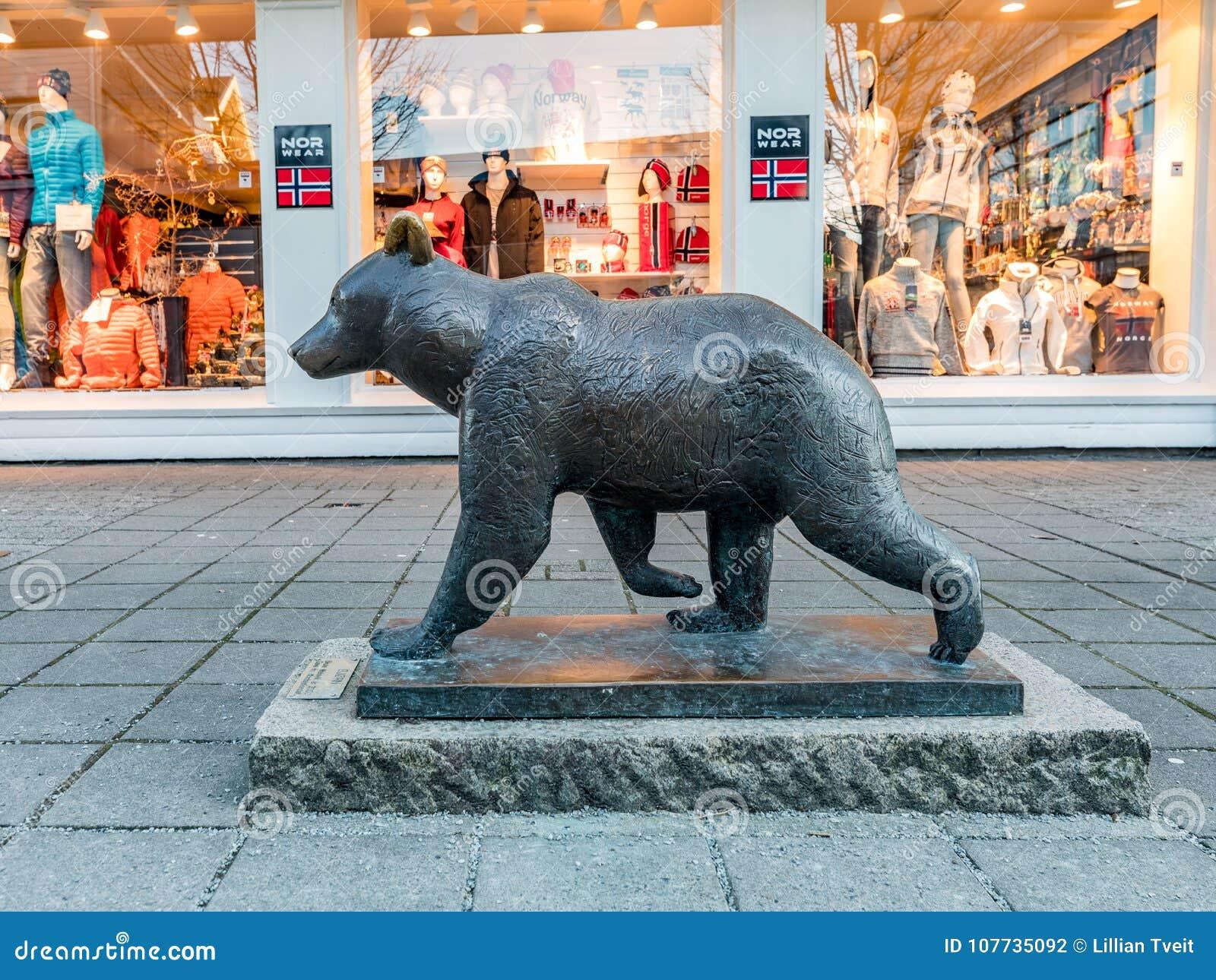 Haugesund Norwegia, Styczeń, - 9, 2018: Rzeźba Brown niedźwiedź, Ursus arctos w Haugesund centrum miasta,