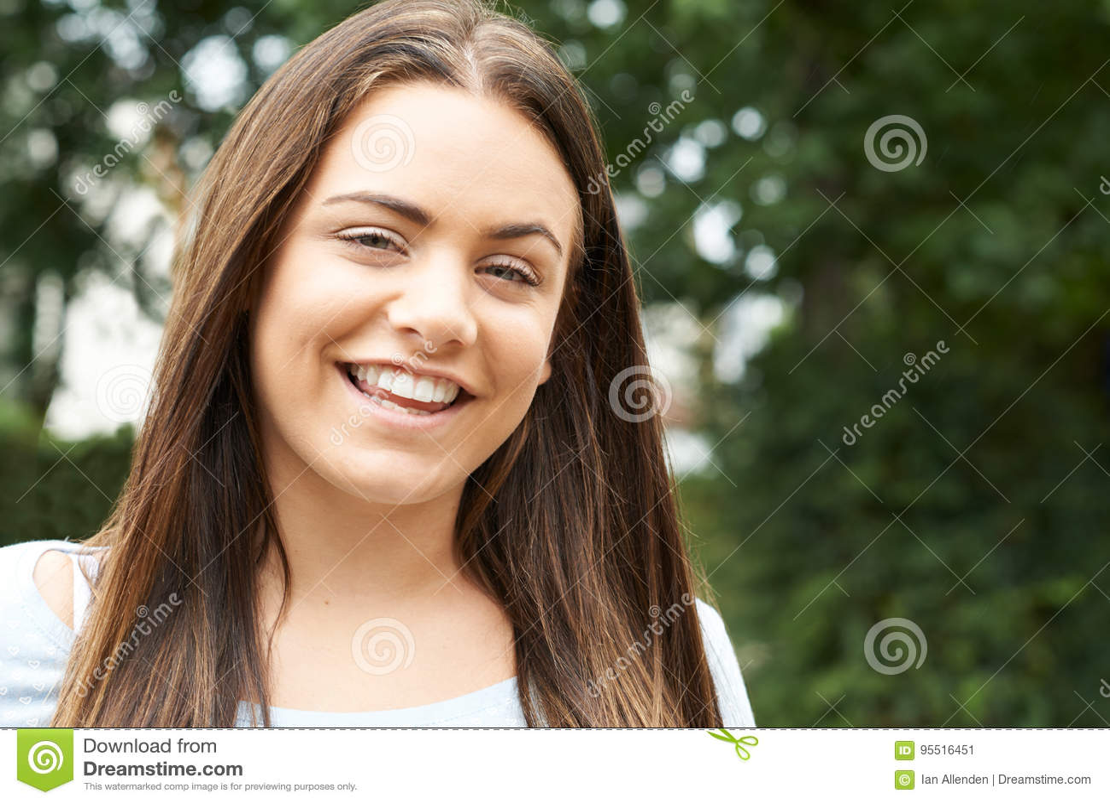 Haupt- und Schulter-Porträt im Freien der lächelnden Jugendlichen