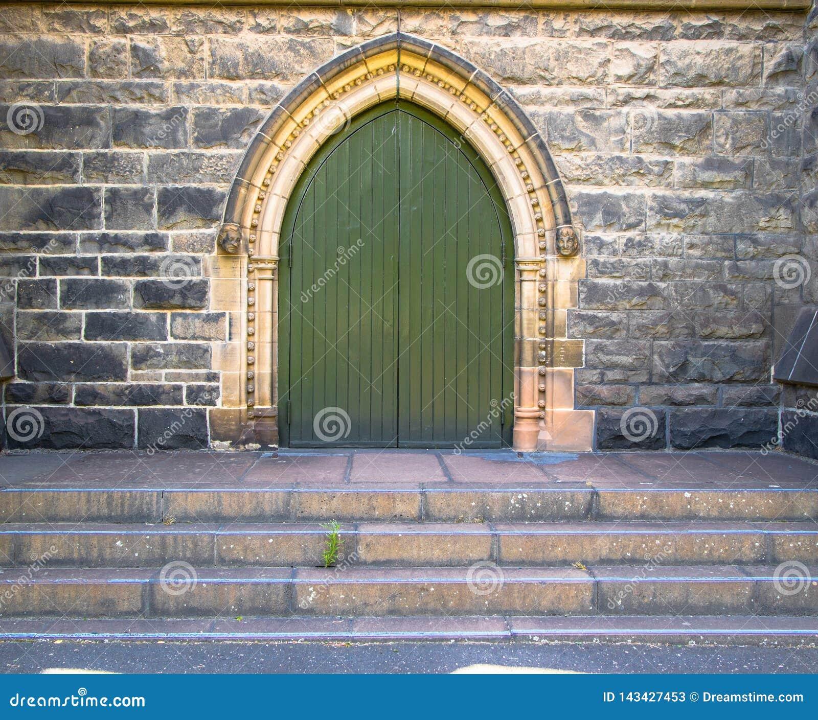 Haupteinstiegstür zu einer Kirche oder zu einer Kathedrale in Europa