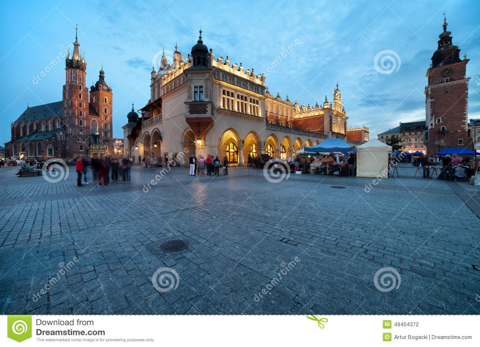 Download Hauptplatz In Der Alten Stadt Von Krakau In Polen An Der Dämmerung Stockfoto - Bild von grenzstein, tuch: 49404372
