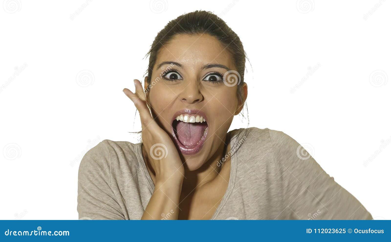 Hauptporträt der jungen glücklichen und aufgeregten hispanischen Frau 30s in der offenen Überraschung und erstaunte Gesichtsausdr