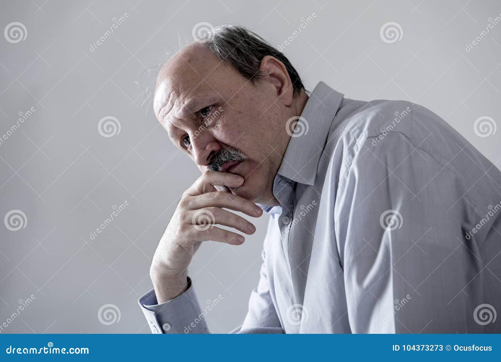 Hauptporträt des älteren reifen alten Mannes auf seinem schauenden 60s traurige und besorgte leidende Schmerz und Krise im Trauri