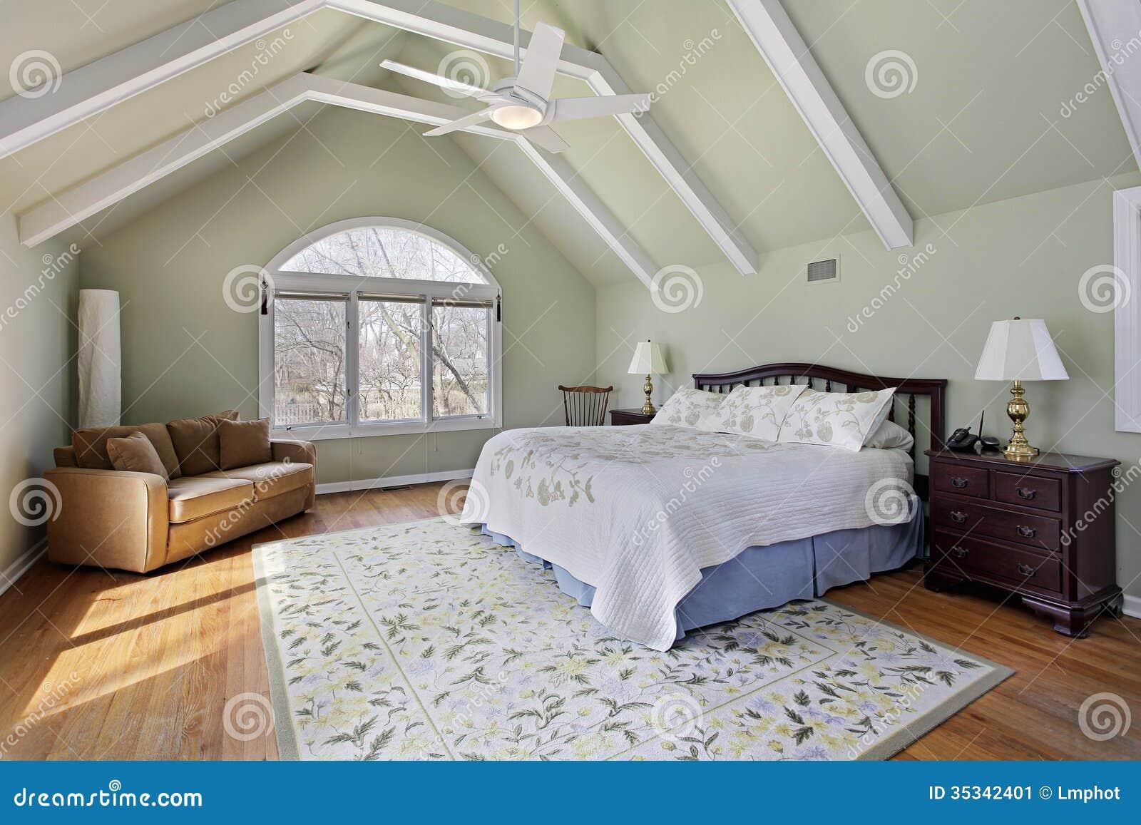hauptschlafzimmer mit deckenbalken stockbild - bild von bett