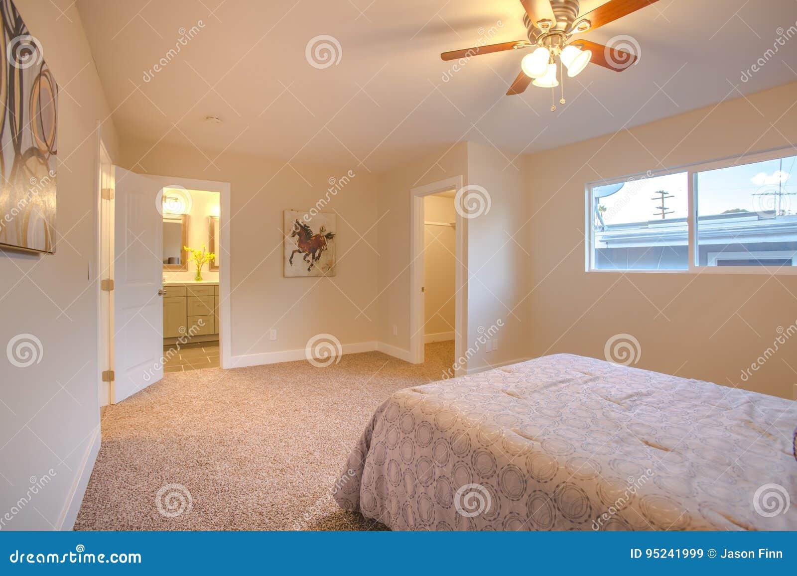 Hauptschlafzimmer Mit Offenen Türen Zum Badezimmer, Zum Eintritt Und ...