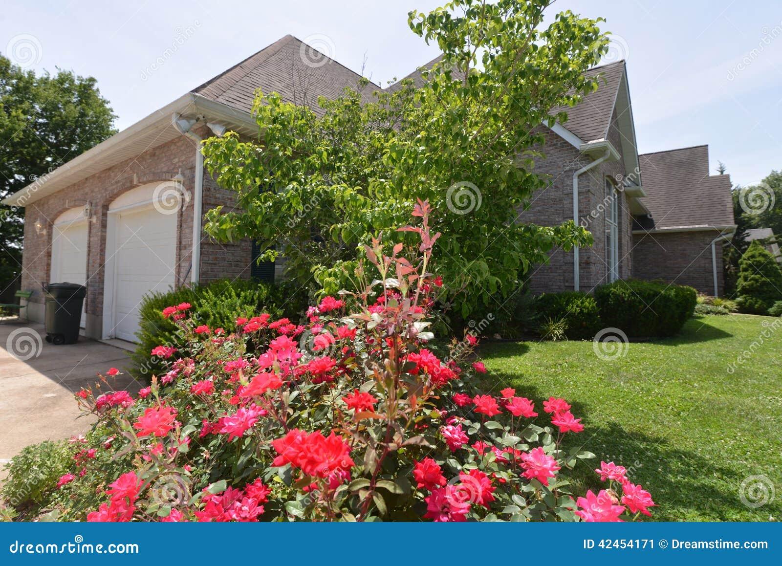 Hauptszene mit Rosen und Sträuchen