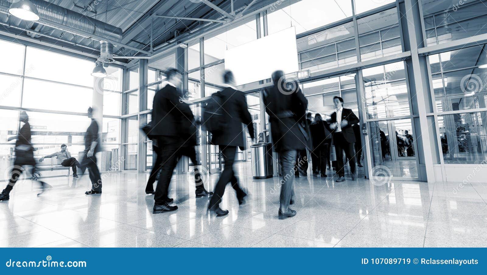 Hauptverkehrszeit an einem europäischen Tradeshoweingang
