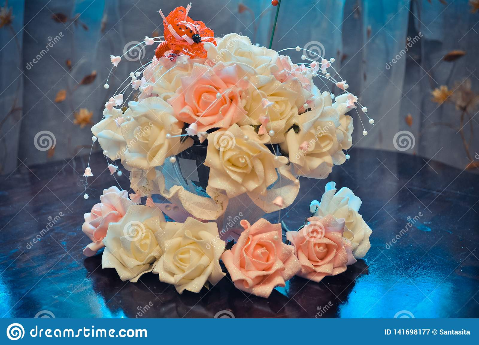 Hauptvorbereitung für die Hochzeit, Budgetdekoration des Hauses und Tabellen, Blumensträuße für Tabellen von weißen und rosa Rose