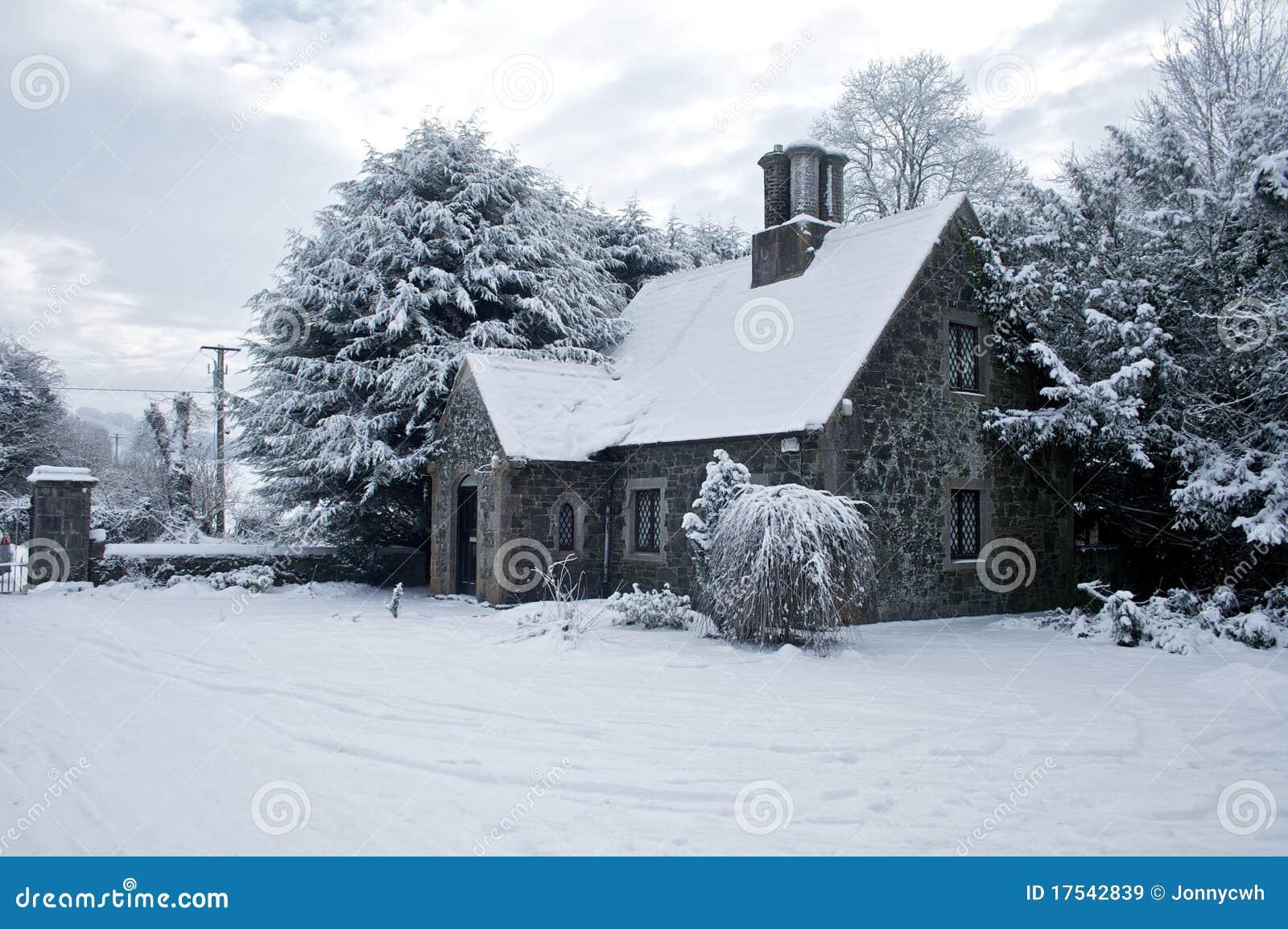 haus abgedeckt im schnee irland lizenzfreie stockbilder. Black Bedroom Furniture Sets. Home Design Ideas