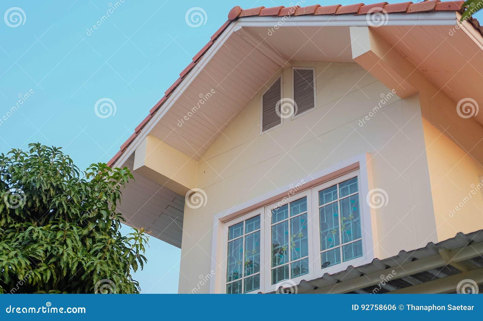 Haus Außen Mit Dachbodenfenstern Stockfoto - Bild von fenster ...