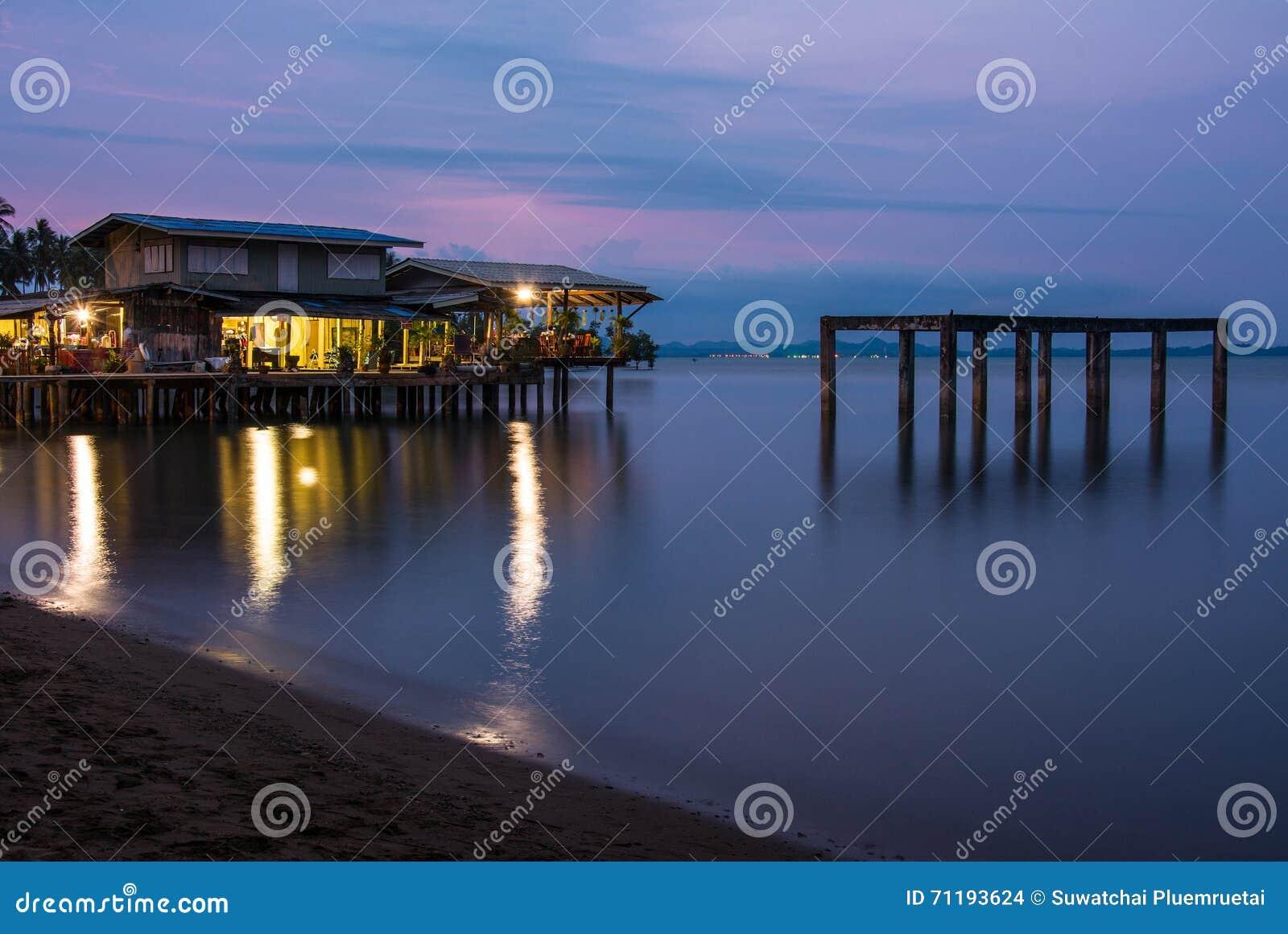 Haus am meer bei sonnenuntergang  Haus Auf Dem Strand Mit Sonnenuntergang über Dem Meer Auf KOHchang ...