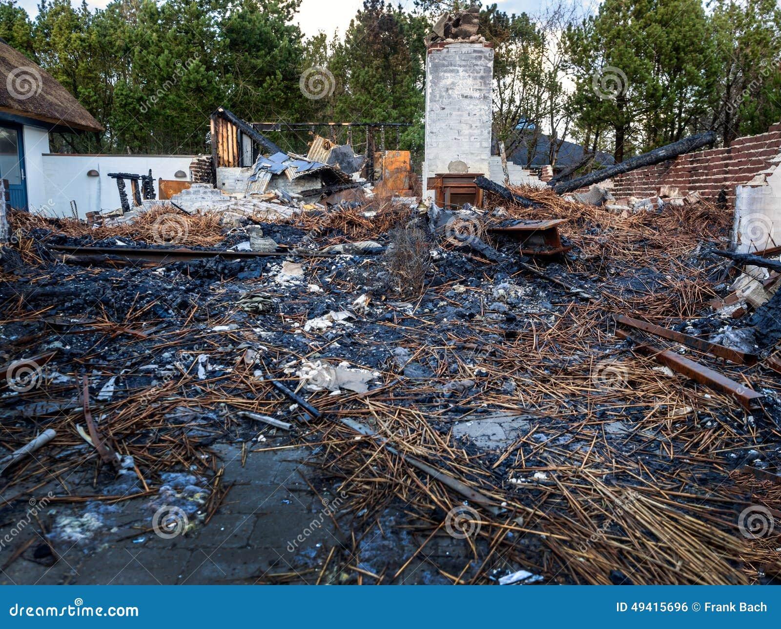 Download Haus brannte unten stockfoto. Bild von versicherung, holz - 49415696