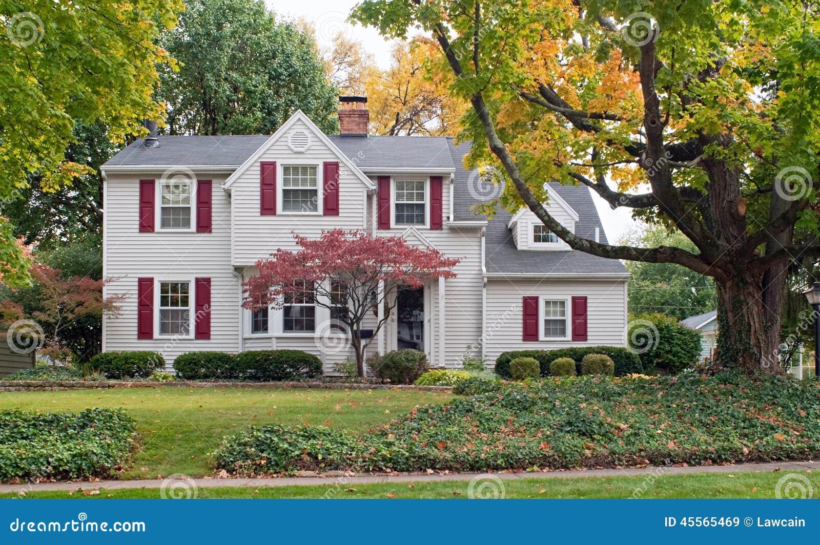 haus im fall mit roten fensterl den stockbild bild von luxus farbe 45565469. Black Bedroom Furniture Sets. Home Design Ideas
