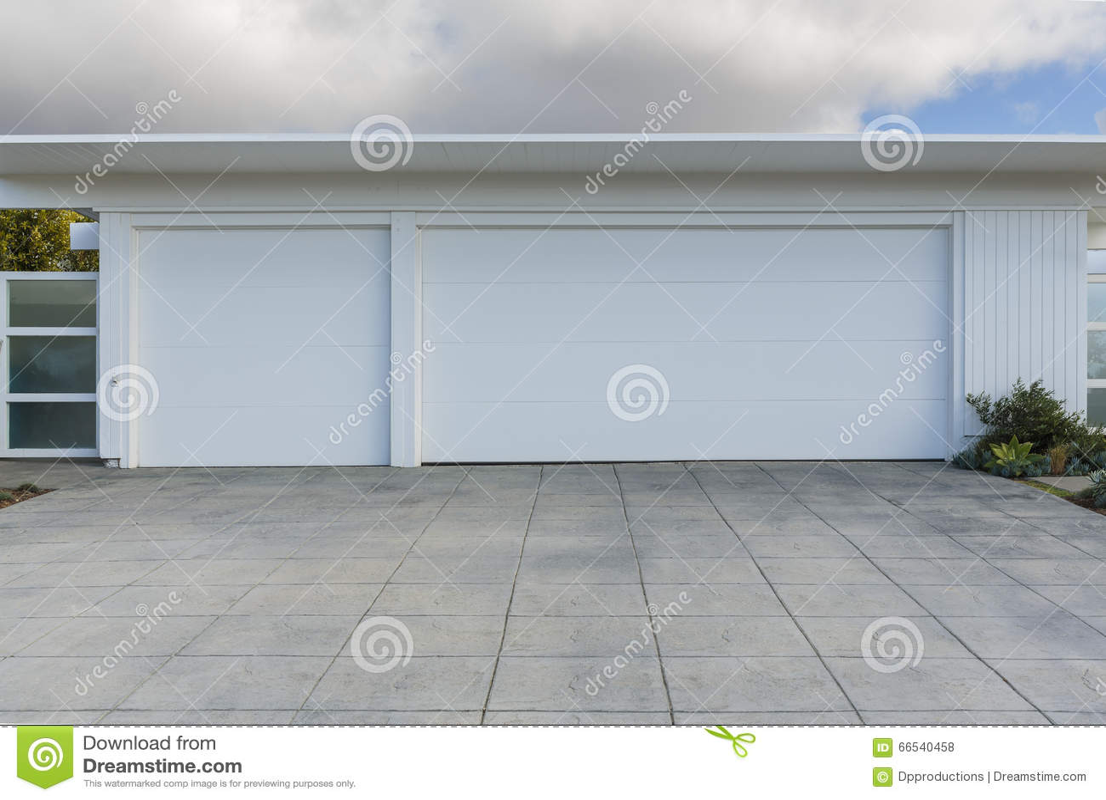 Haus mit der garage mit 3 autos stockfoto bild 66540458 for Haus mit garage