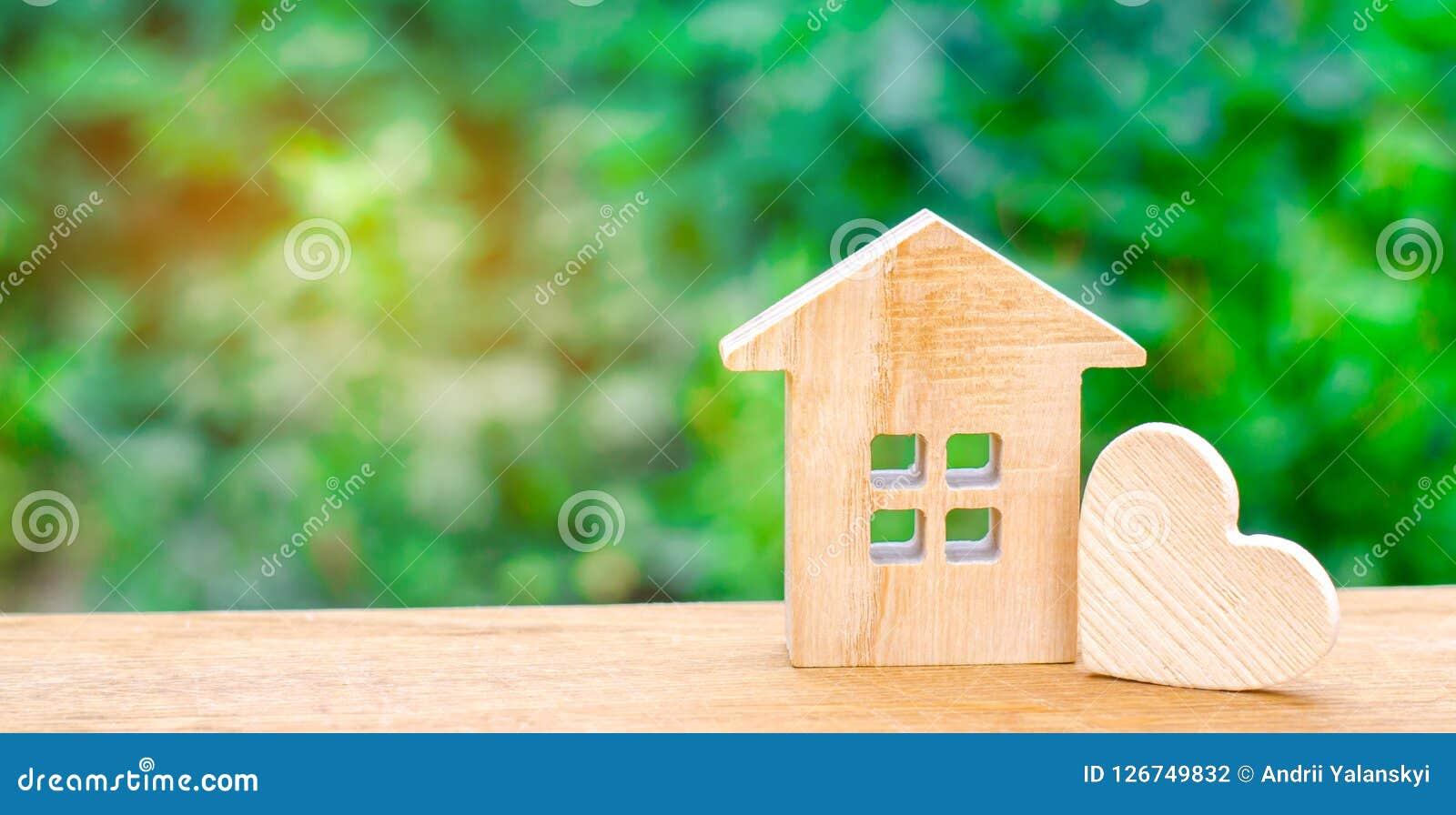 Haus mit einem hölzernen Herzen Haus von Liebhabern Erschwingliche Wohnung für junge Familien Valentinsgruß ` s Tageshaus