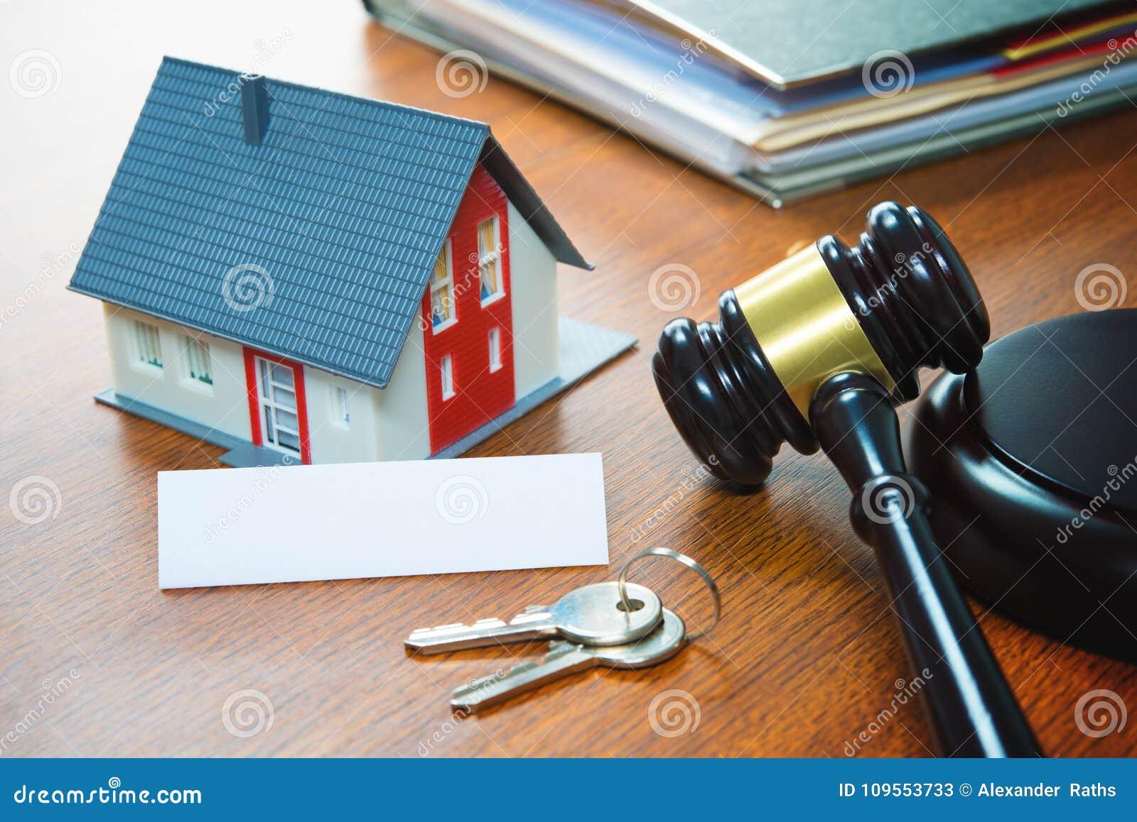 Haus mit einem Hammer Gerichtliche Verfallserklärung, Immobilien, Verkauf, Auktion, Bus