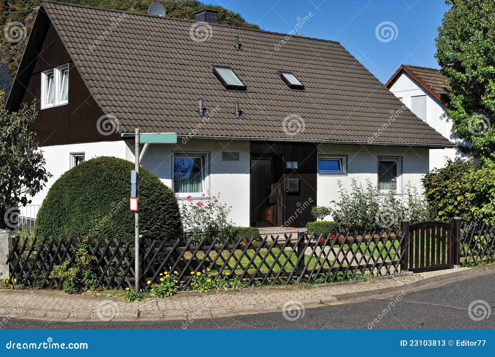 Haus Mit Garten Vor Ihm Und Holzernem Zaun Stockbild Bild Von