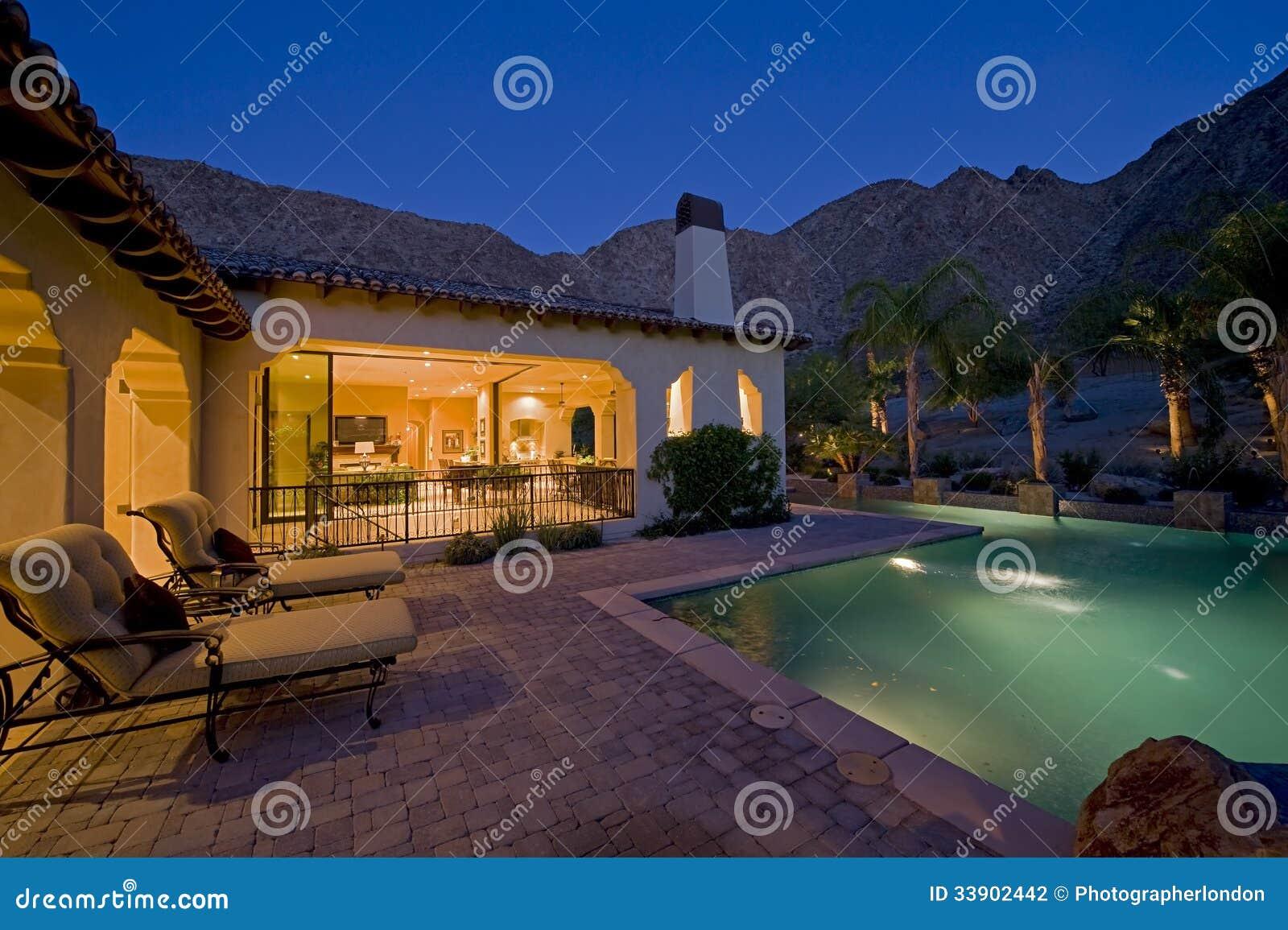 Fantastisch Haus Mit Pool Im Hinterhof An Der Dämmerung