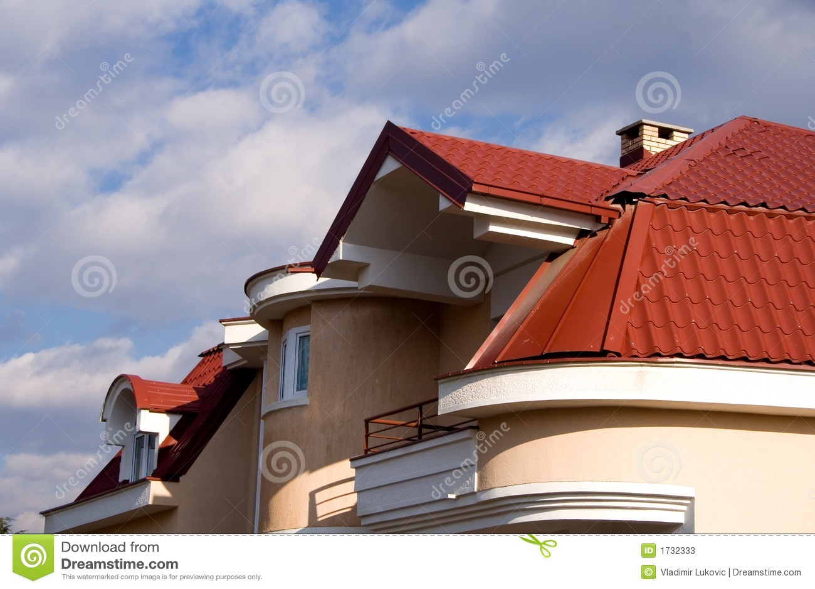 Haus mit rotem dach stockbild bild von au en wolke wohn for Modernes haus mit rotem dach