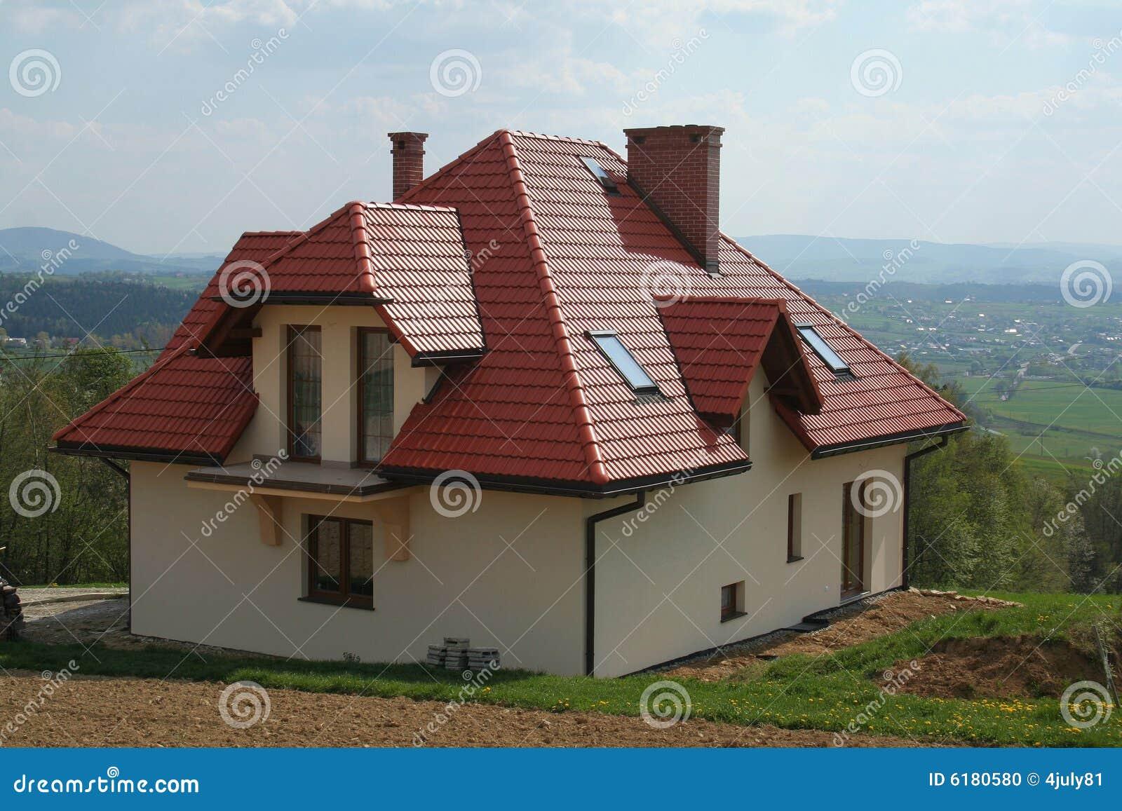 Haus mit rotem dach stockfoto bild von dorf gras b ume for Modernes haus mit rotem dach