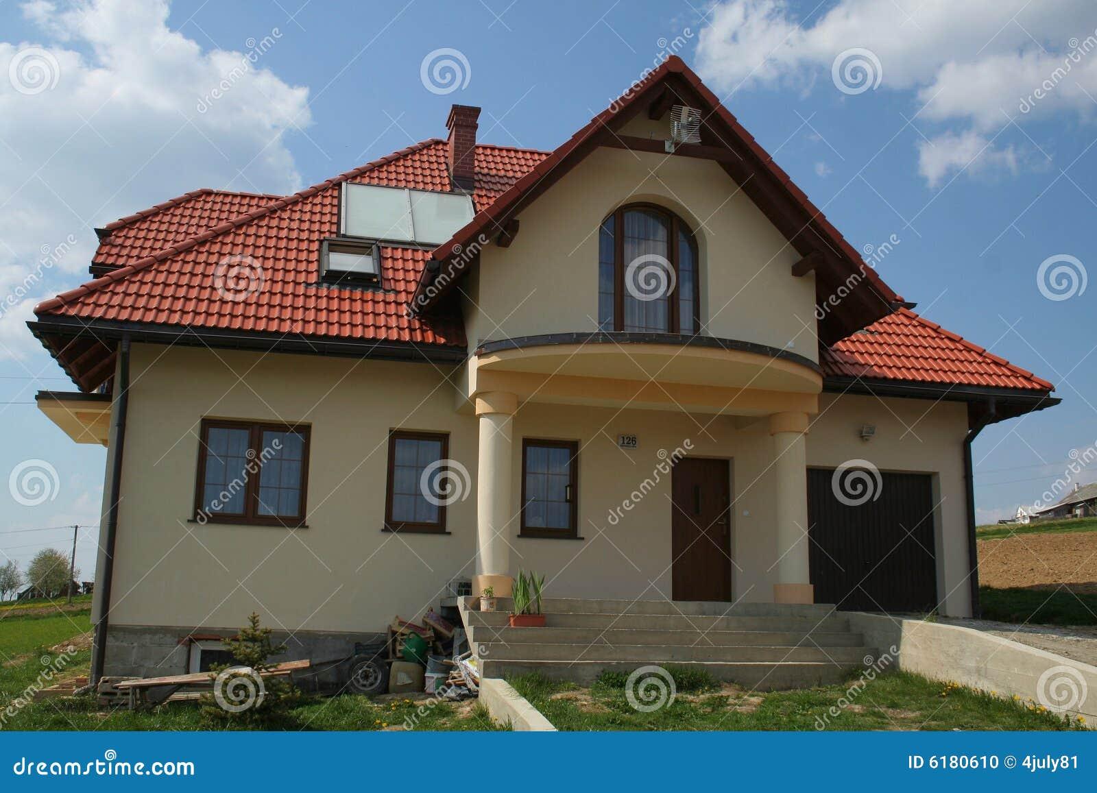 Haus Mit Rotem Dach Stockfoto Bild Von Gras Wande Kamin