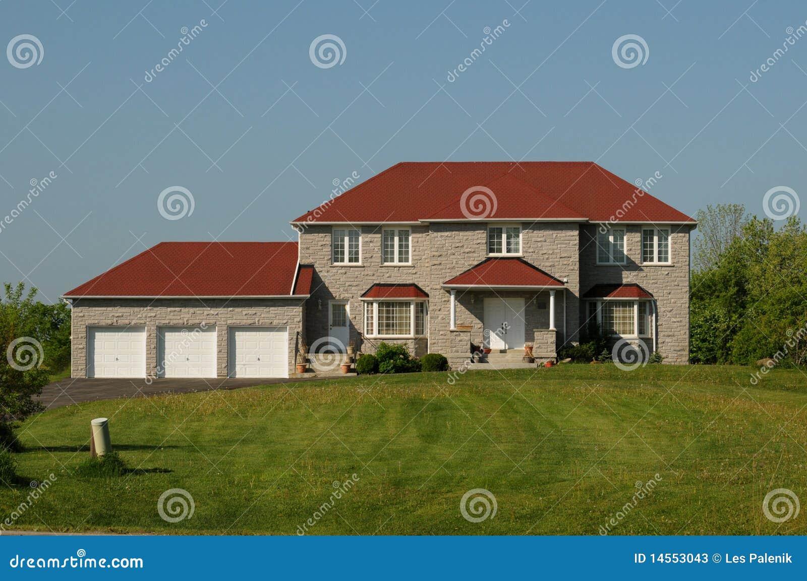 Haus Mit Rotem Dach Und Dreifacher Garage Stockbild Bild